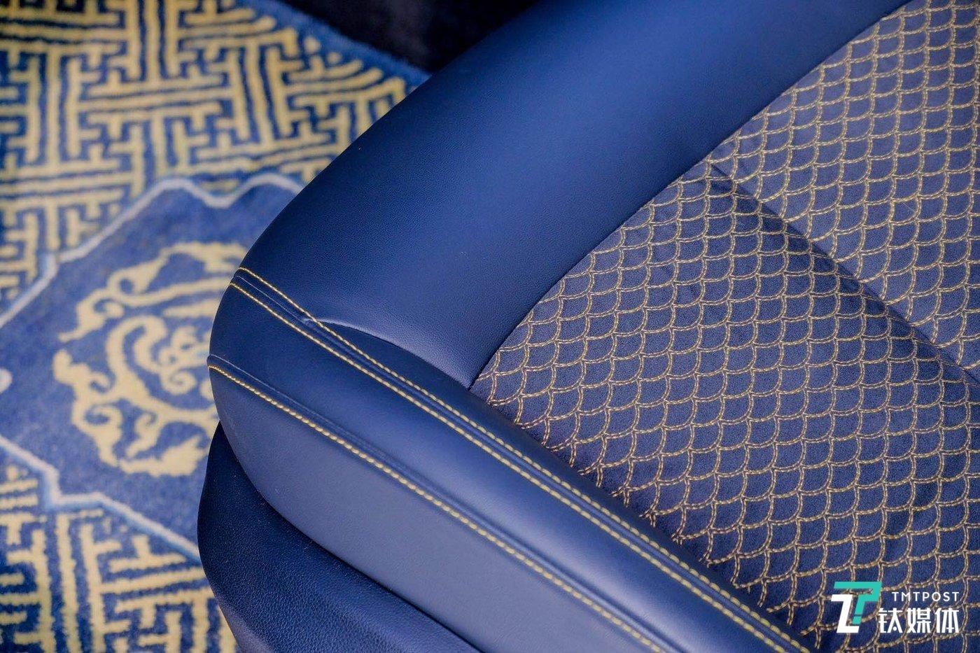 座椅上采用鱼鳞纹,地毯采用宫毯工艺