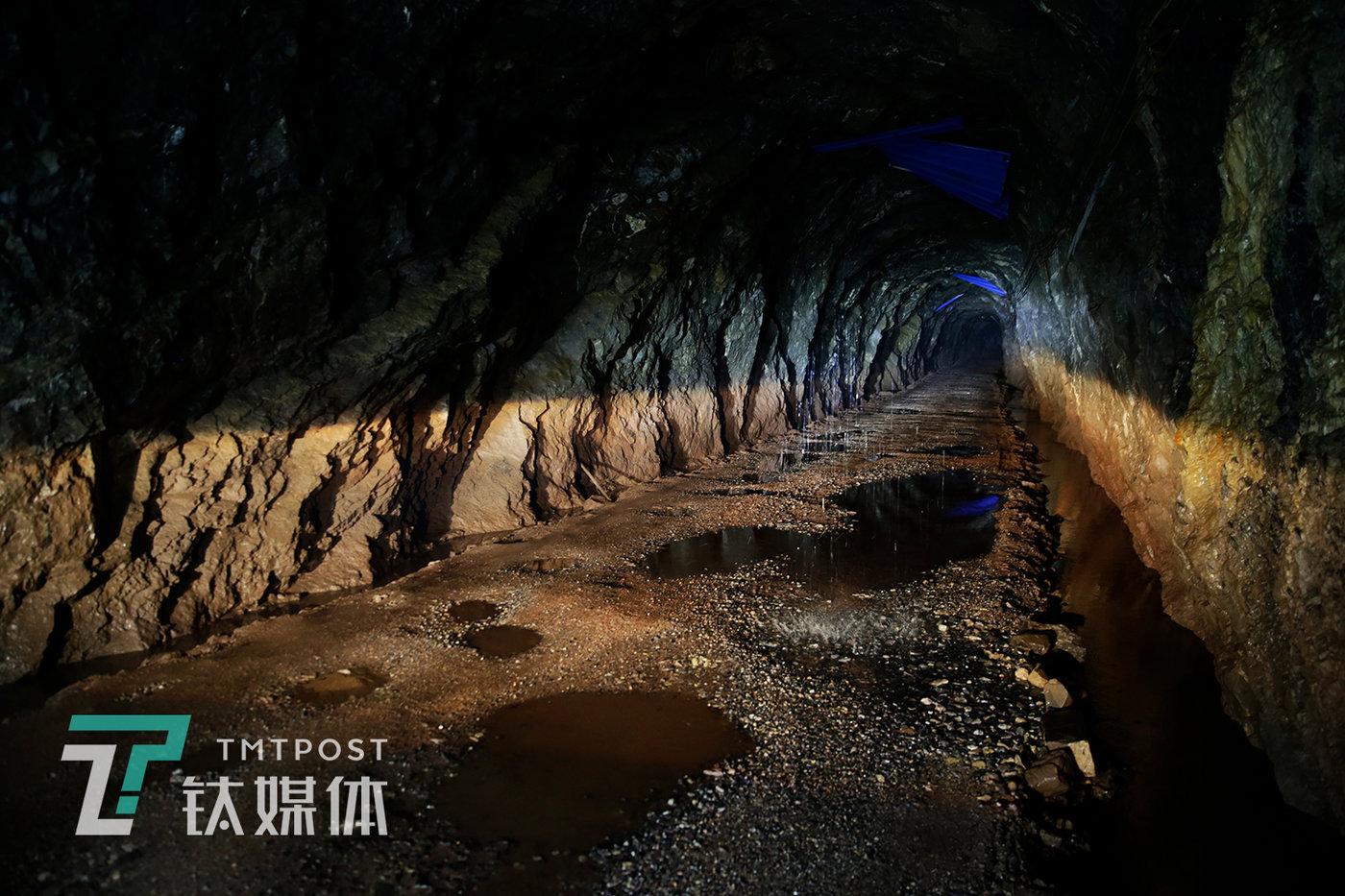 废弃的矿洞。