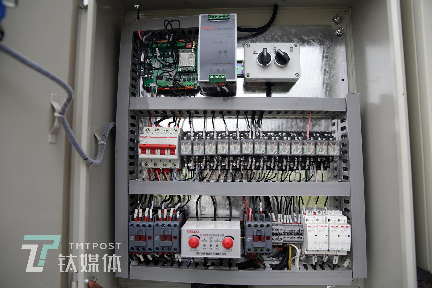 大棚内的核心电控模块,左上角是独立控制模块,它可以组网和拓展,还可以手动控制。