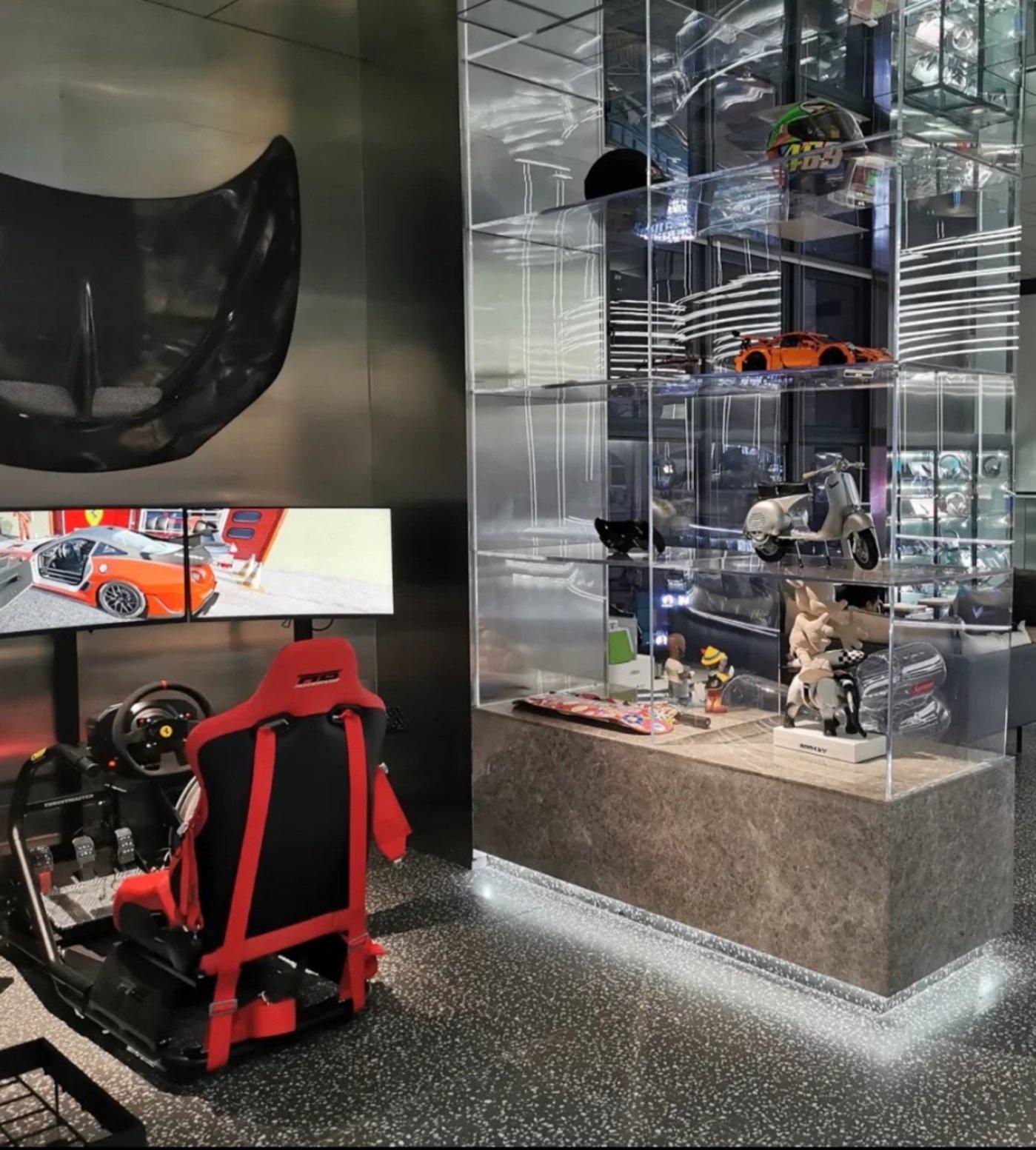 不少电竞馆都会配备价格不菲的赛车模拟器