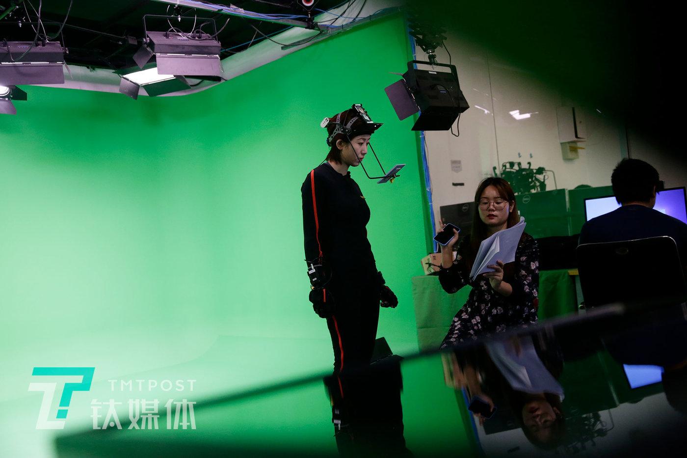 莫妮卡和同事在讨论角色。