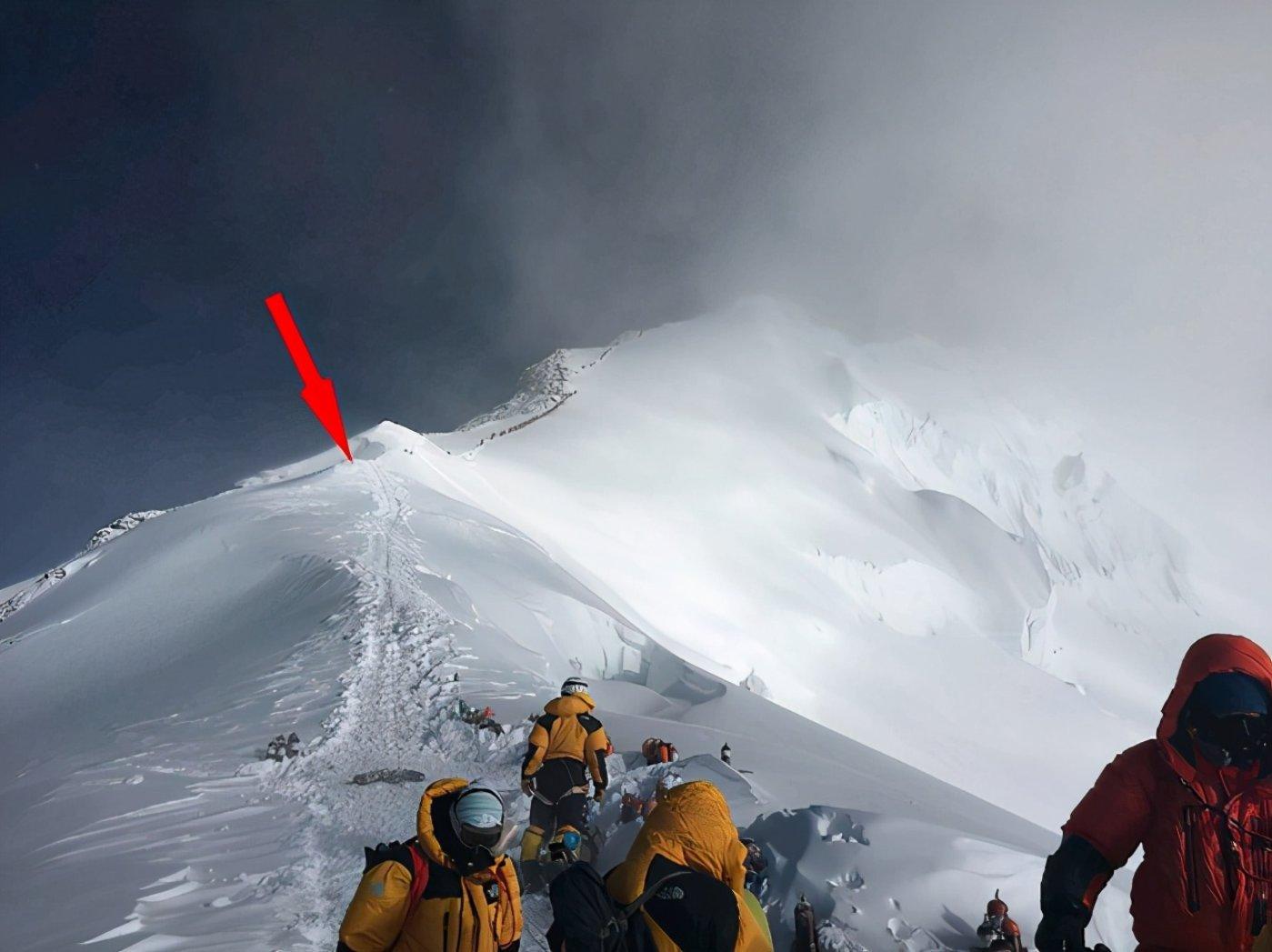 图 | 珠穆朗玛峰上存在微塑料的最高处的样本采集(来源:One Earth)