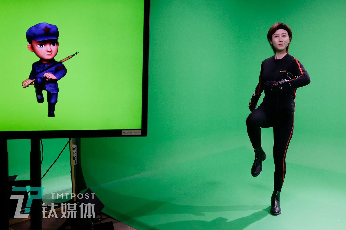 莫妮卡和她扮演的小红军角色。