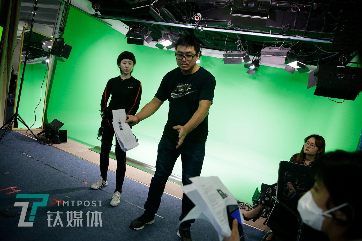 录制现场,动画导演和客户在沟通表演细节,莫妮卡在一旁倾听。