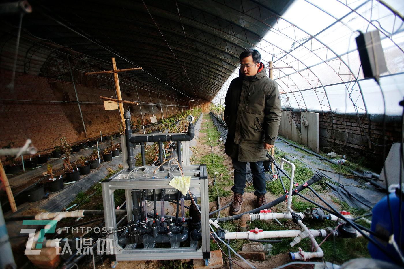 2019年12月29日,张家口,郝亦成在调试水肥机。