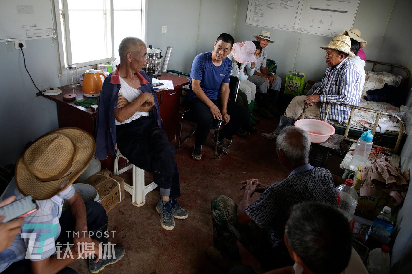 7月31日,基地集装箱休息室,参加采收和维保的农民在开会,他们都来自附近村庄。