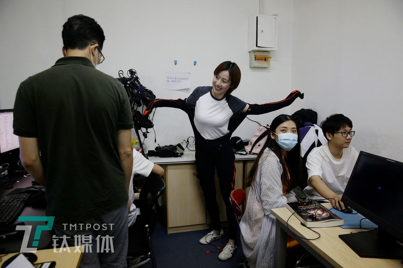 表演结束,莫妮卡准备在办公室脱下动捕服。
