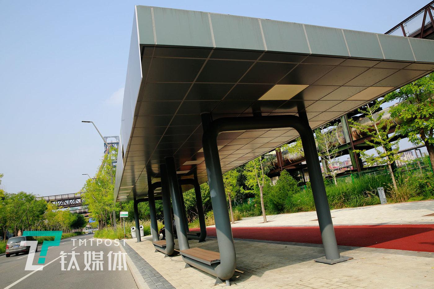 首钢园内,契合整体园区风格的公交车站