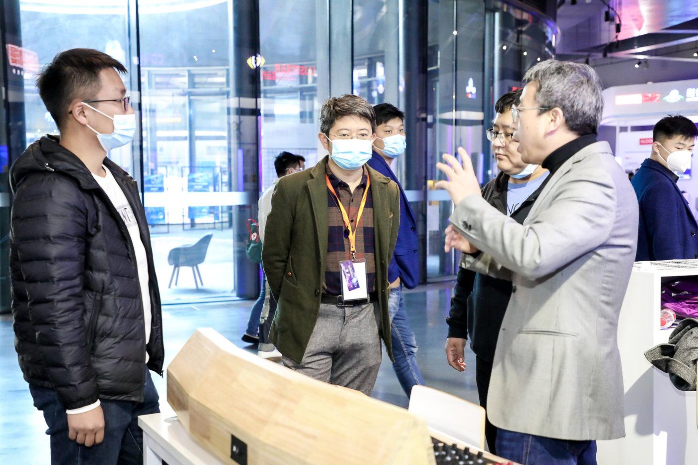 天图万境CEO高天羿在向来宾介绍技术