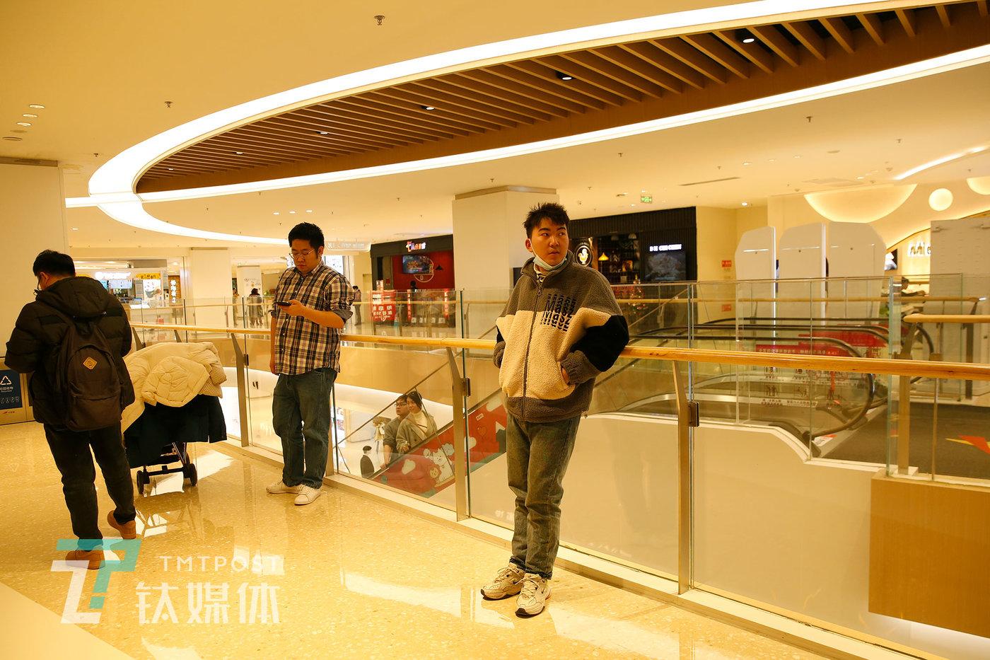 12月23日,西安,刘灏和朋友外出吃饭。