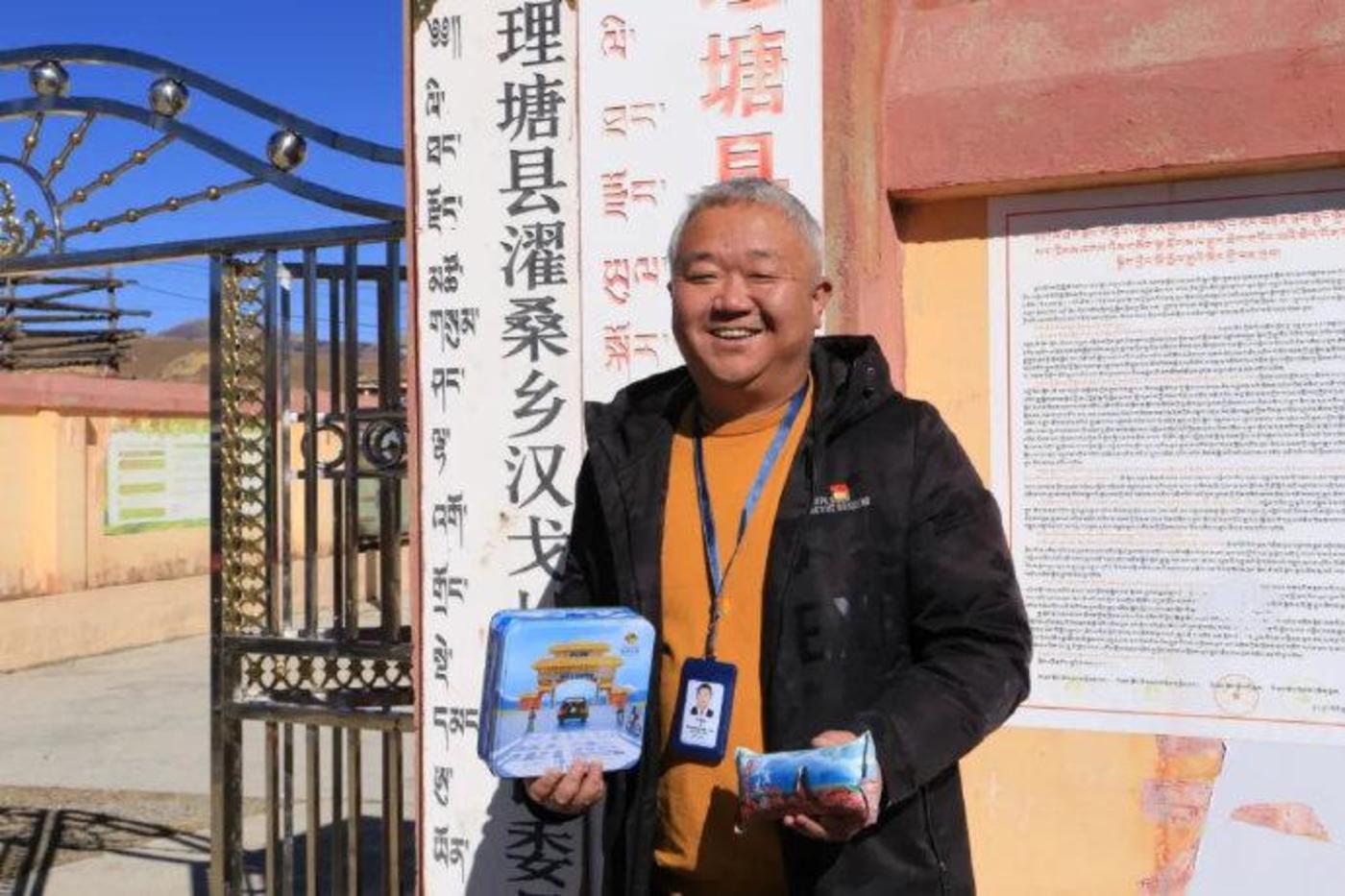 手持青稞曲奇的文雪松,图片来自:北青网
