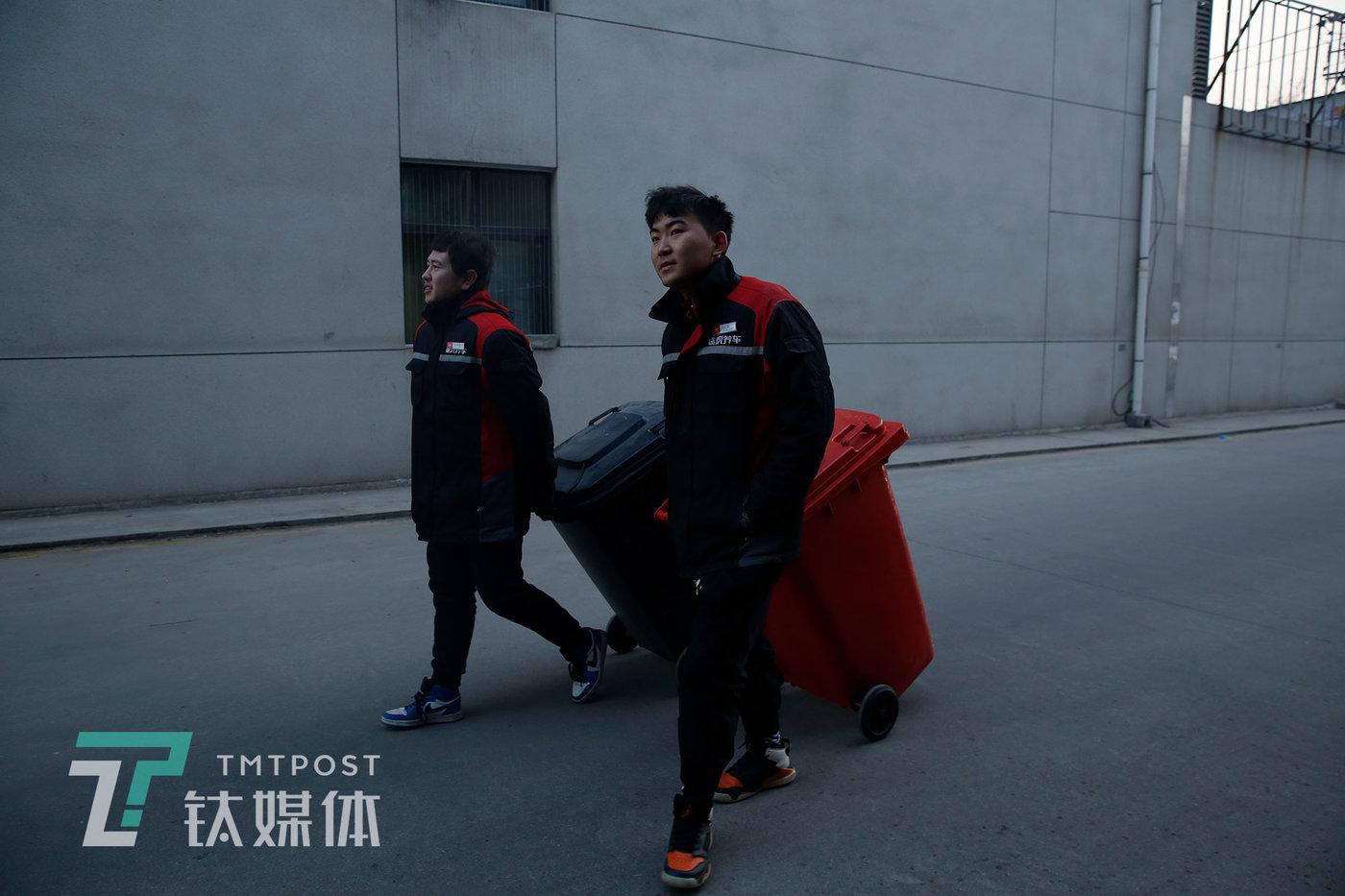 刘灏和同事在倒垃圾。
