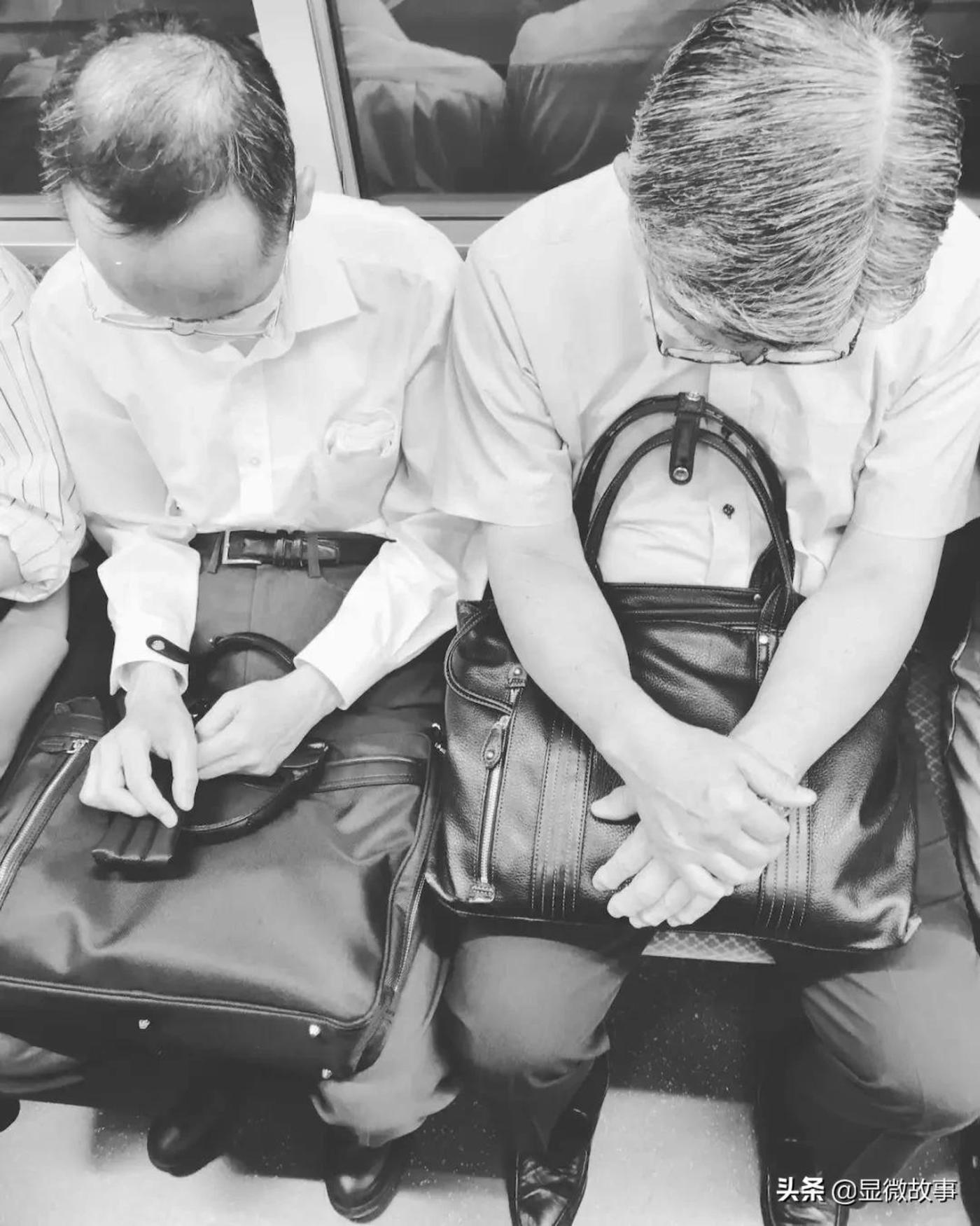 图 | 地铁上的银发年轻人