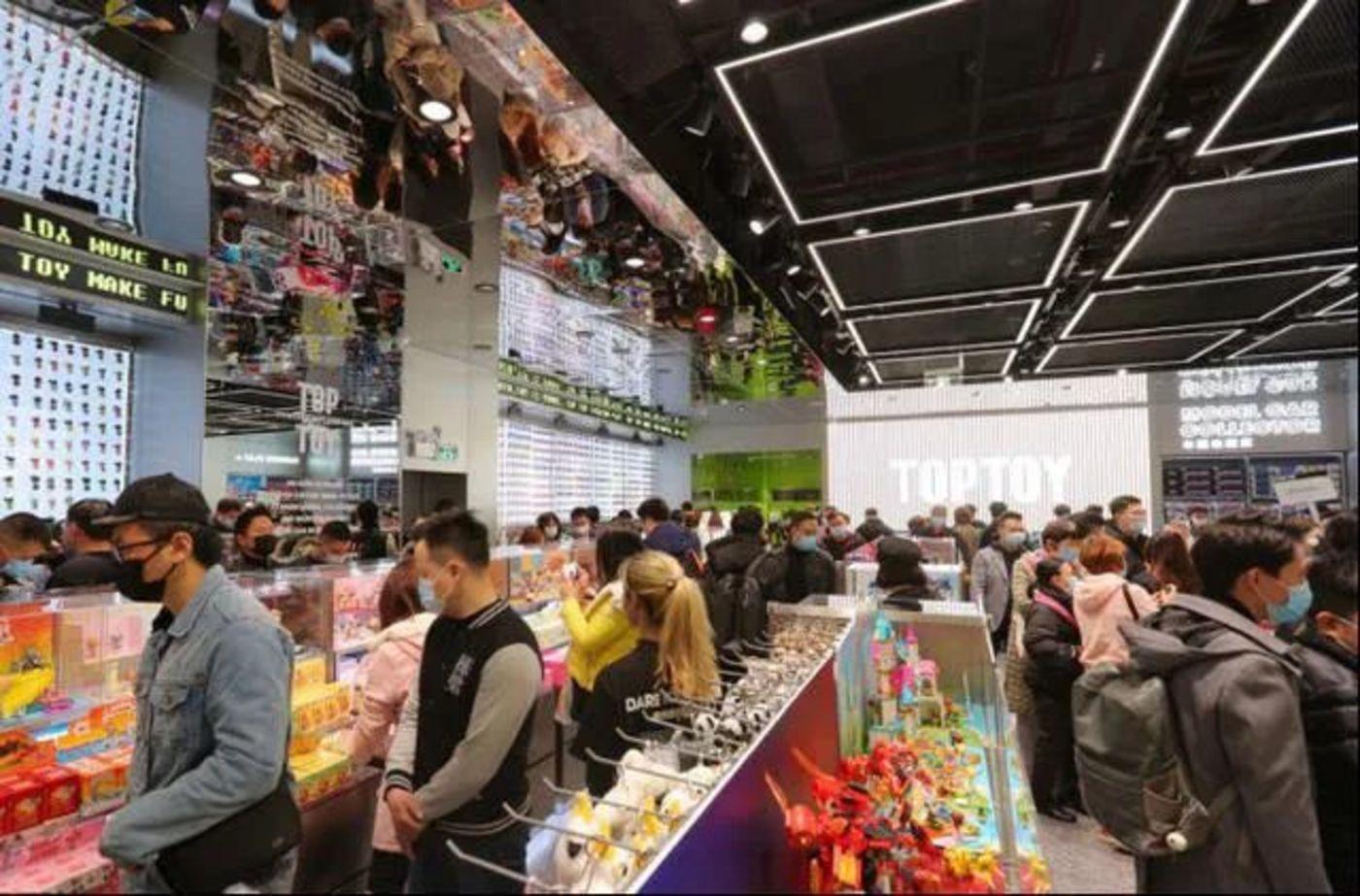▲TOP TOY 广州开业首店面积超400㎡,拥有超1200个SKU,汇集了HelloKitty、漫威、迪士尼、DC、火影忍者等52个全球顶级IP及潮玩品牌。