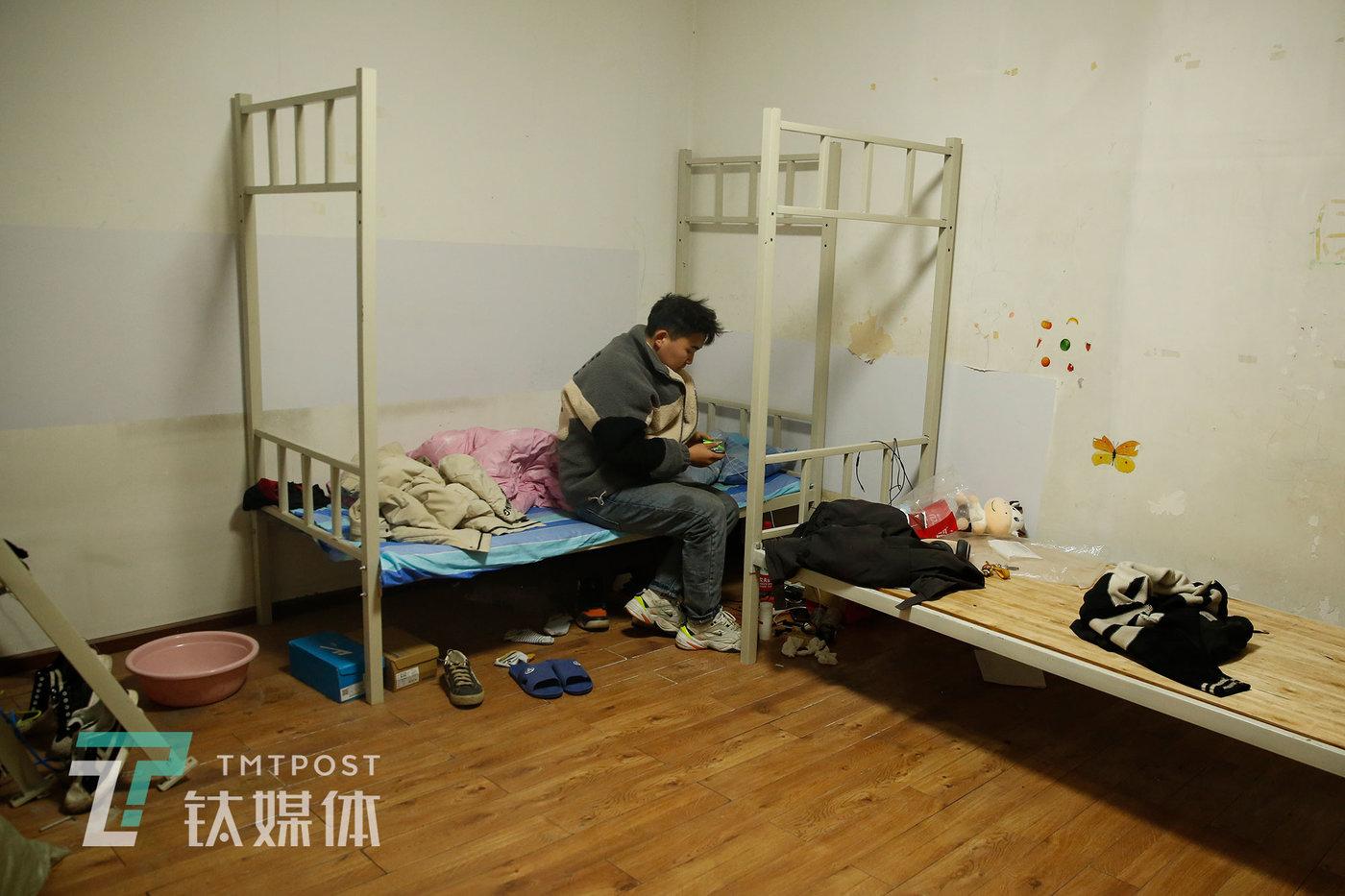 刘灏下班后回到宿舍休息。