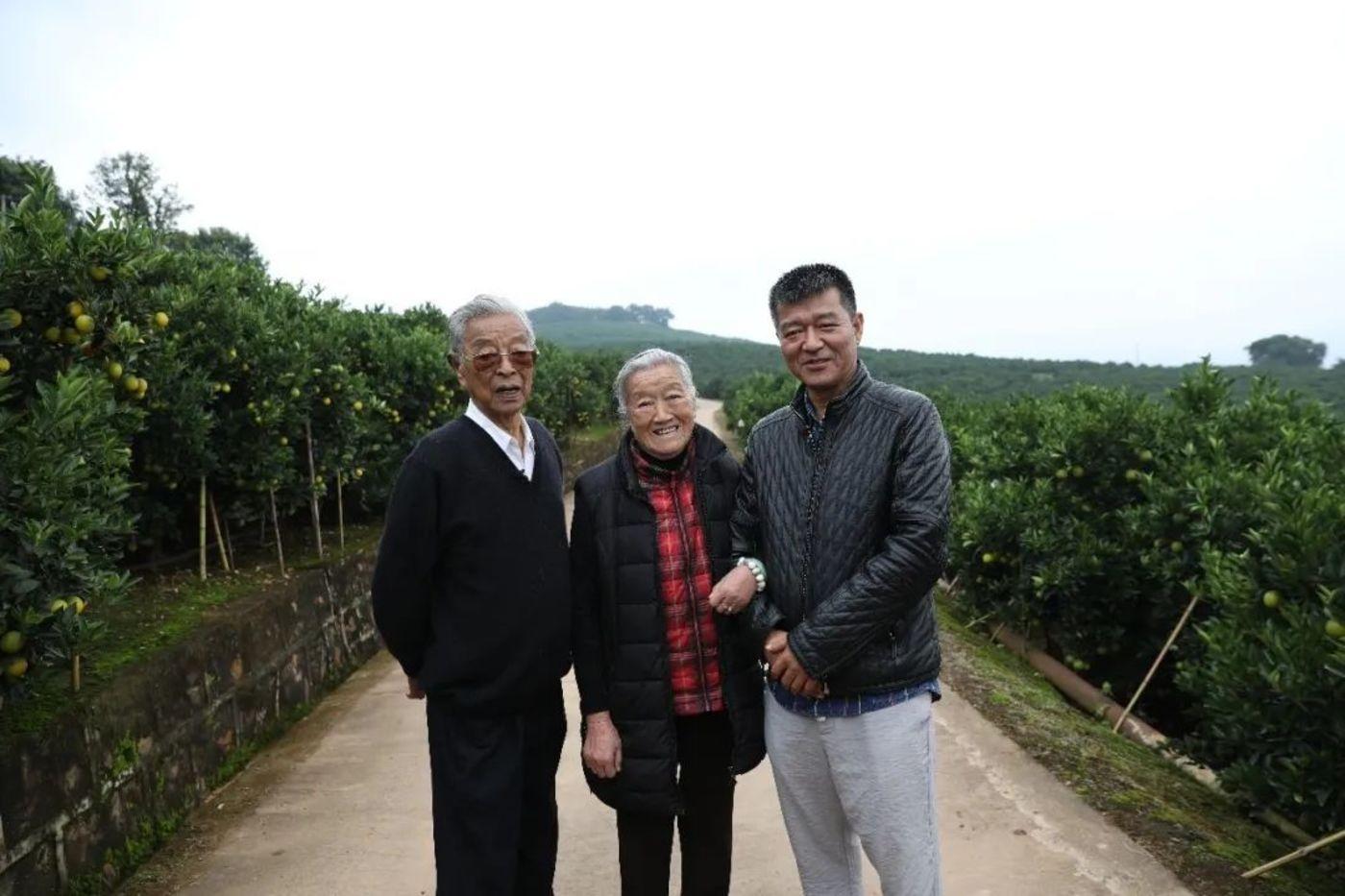 2018年时,褚一斌和父母在庄园合影