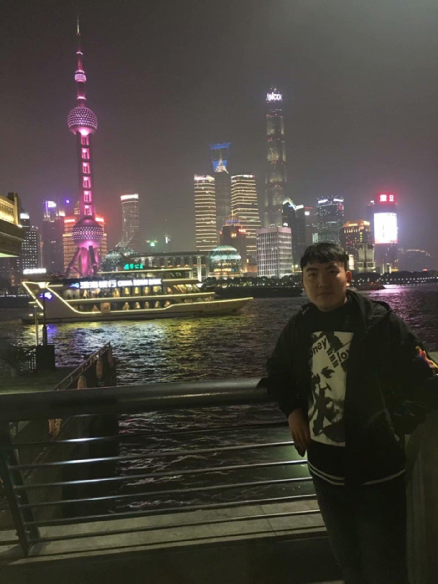 2018年11月,刘灏在上海外滩。(图/受访者)