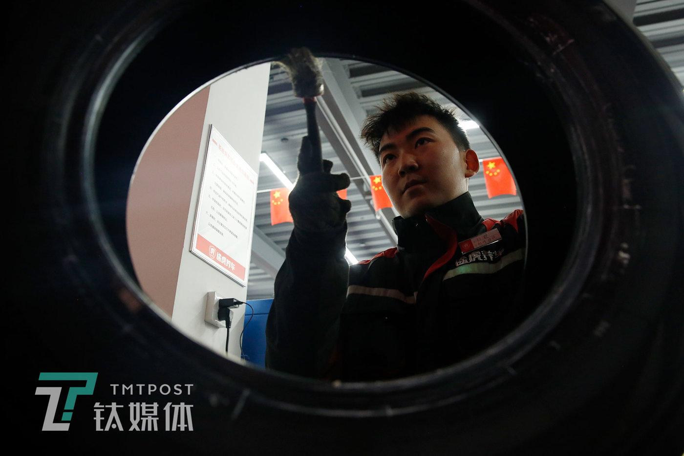 刘灏为客户换轮胎。