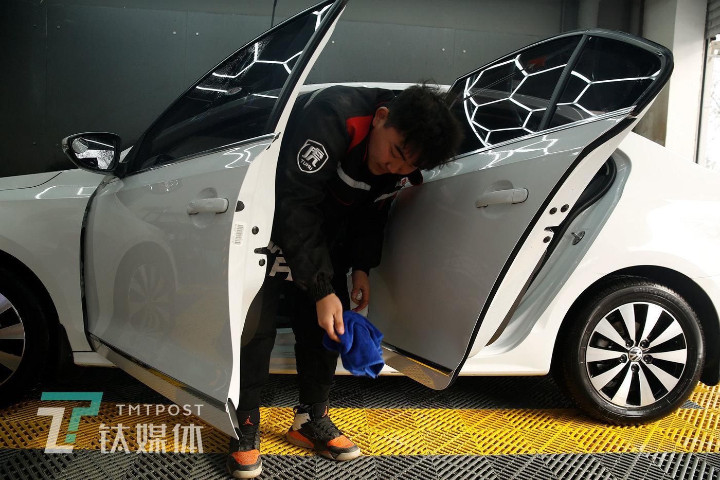 刘灏在擦车。