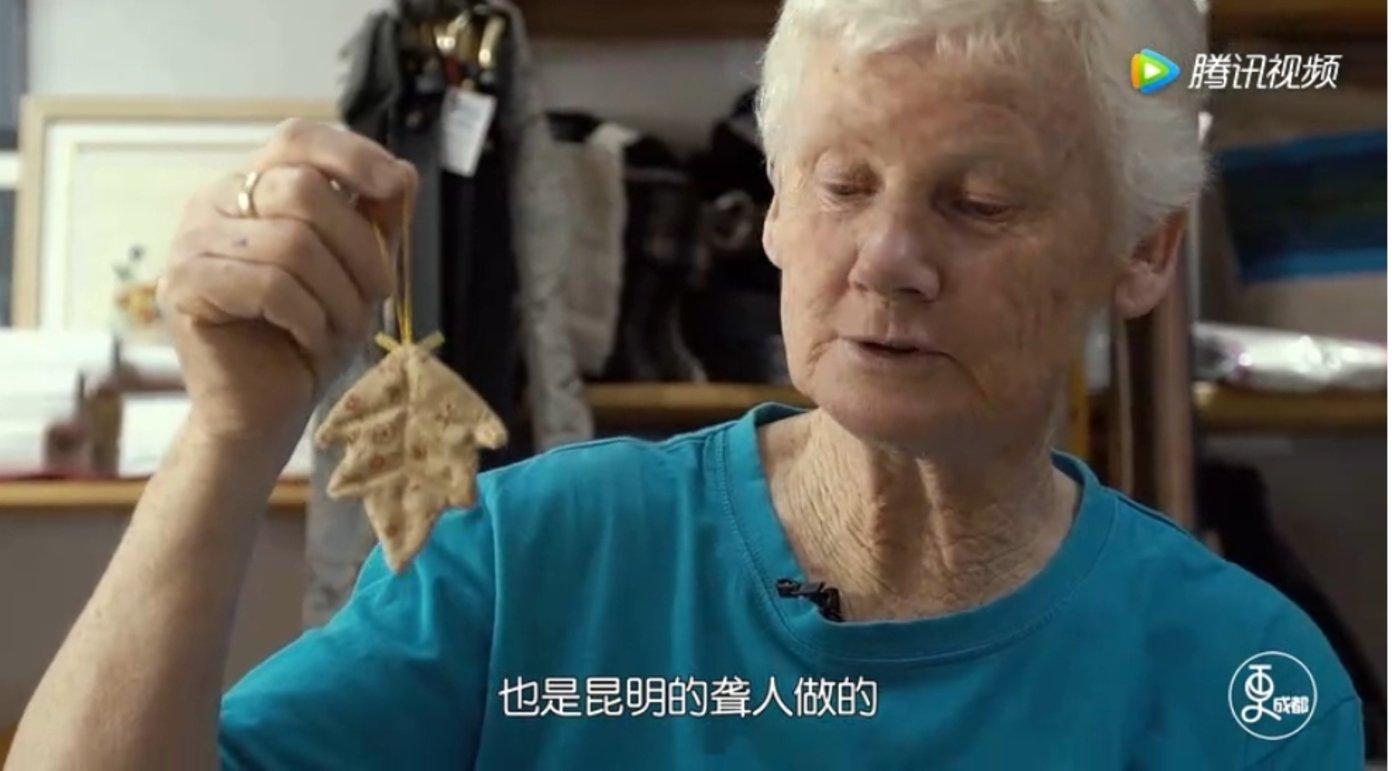 图:瑞秋在节目中介绍手工艺品