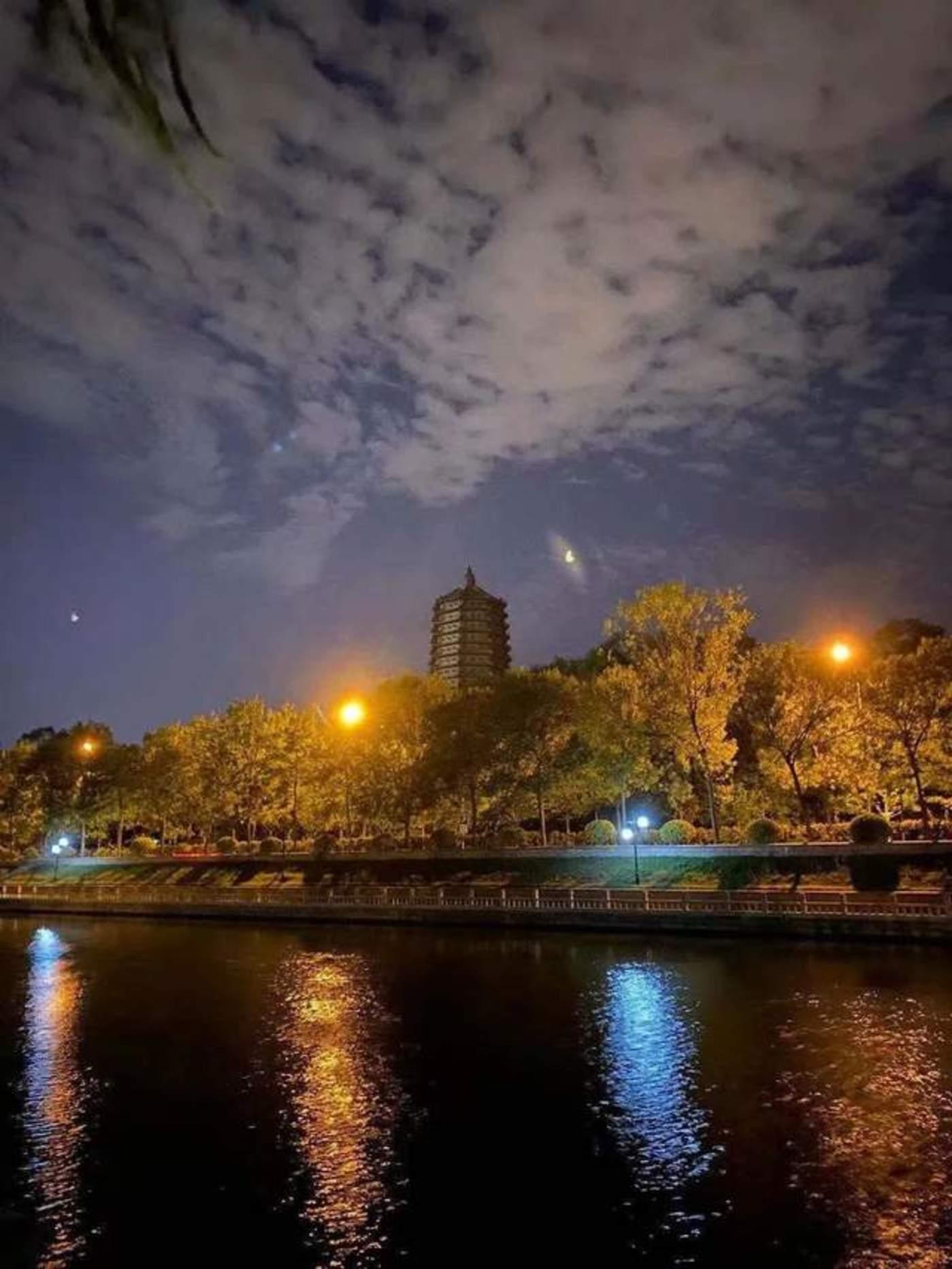 我家附近的水渠,夜色很美 来源 / 受访者供图