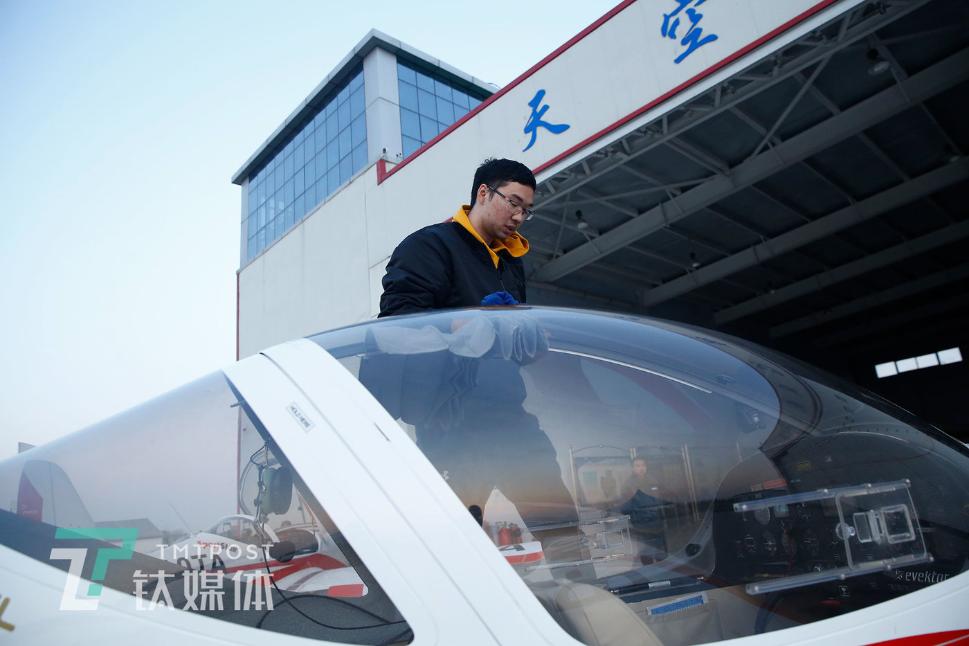 飞行练习结束后,洪伟成擦拭飞机。