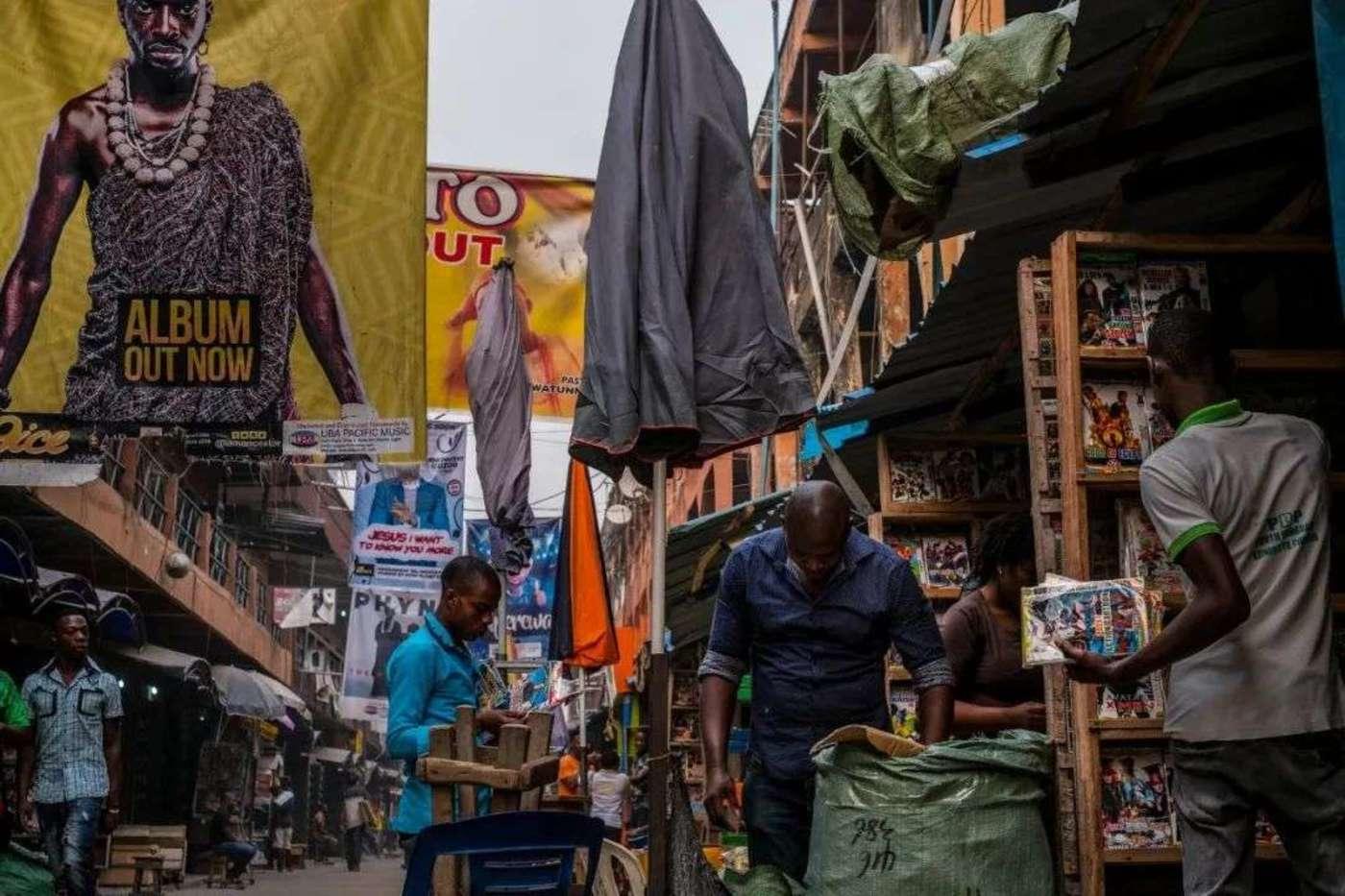 在尼日利亚拉各斯的市场中,可以买到大量盗版音乐,来自《纽约时报》