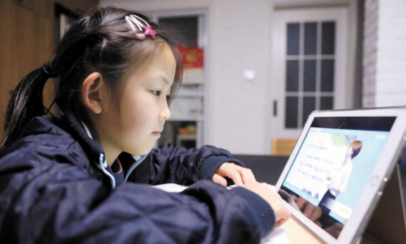 图4:接受在线教育的小朋友,来源:网络