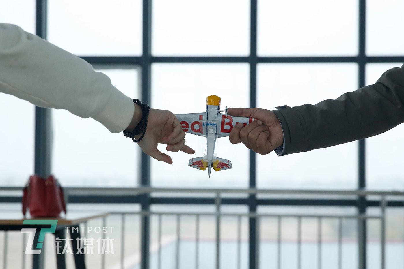 2020年11月14日,飞行理论课教学上,教练用飞机模型做演示。