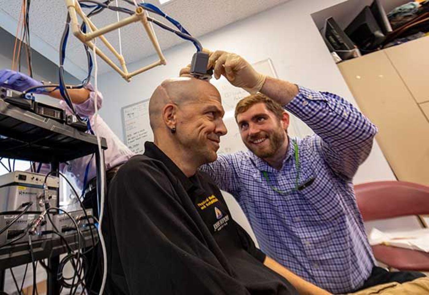 图 研究员安装脑机接口(来源:Johns Hopkins Medicine)