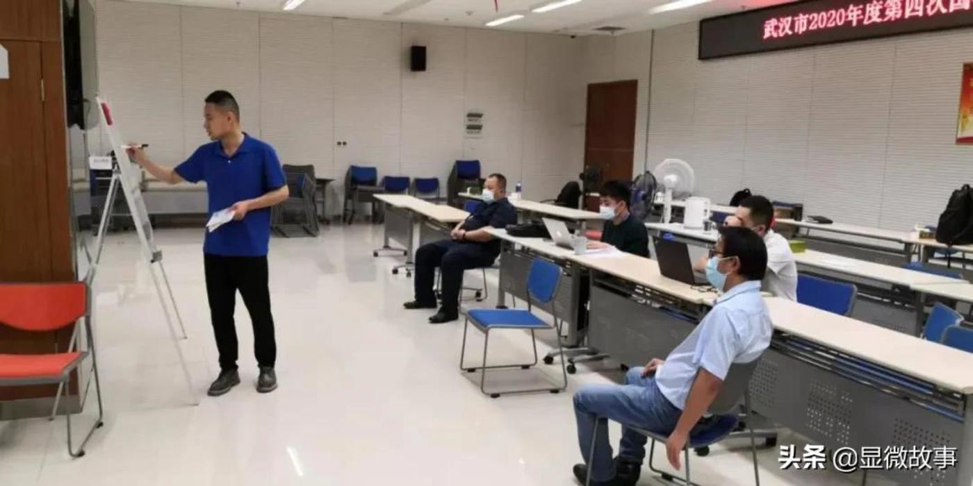 图 | 四月中旬在武汉,东方金信项目经理蔡忠占与团队成员讨论项目思路。