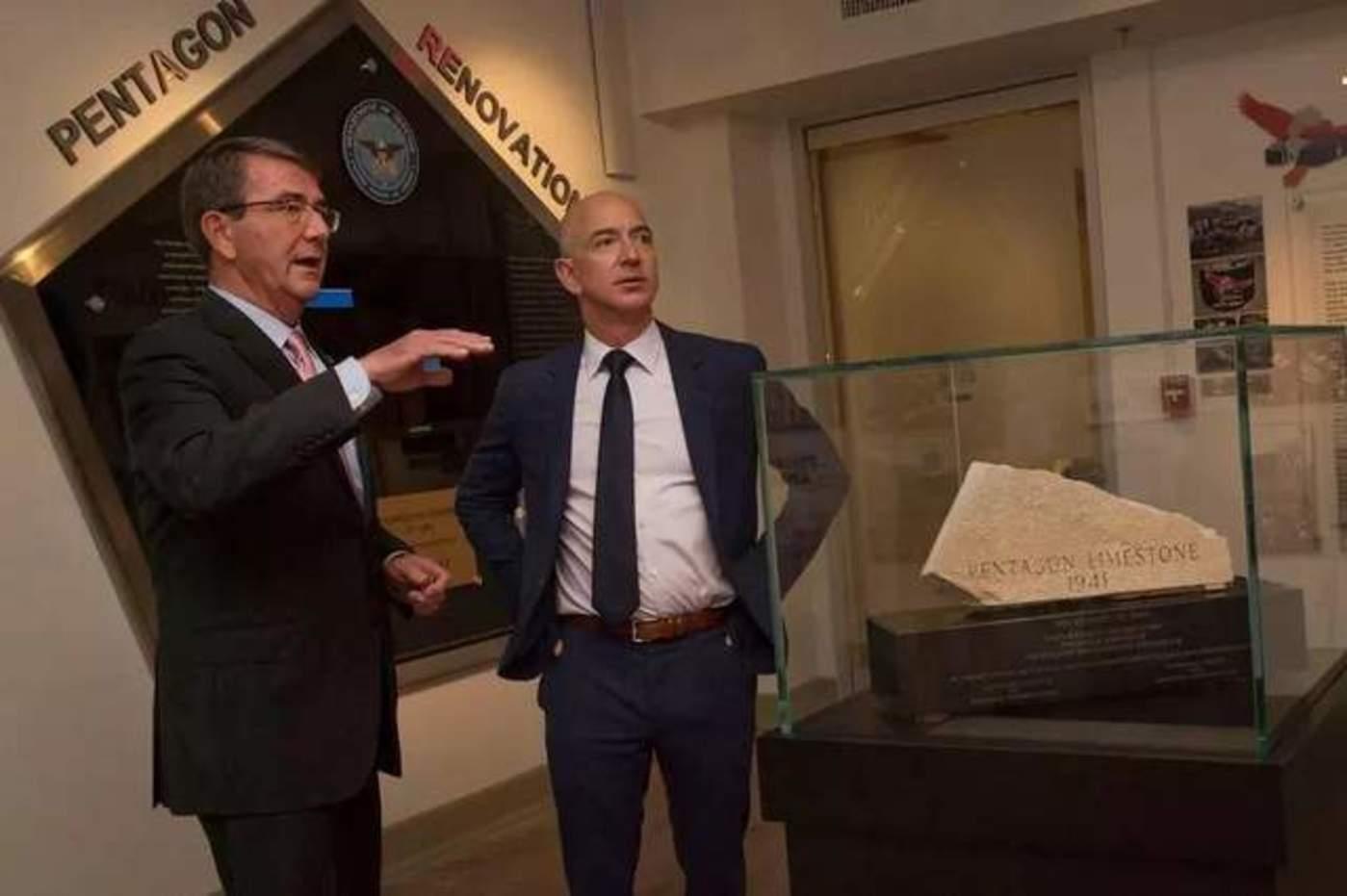 2016 年,时任国防部长卡特会见亚马逊CEO贝索斯