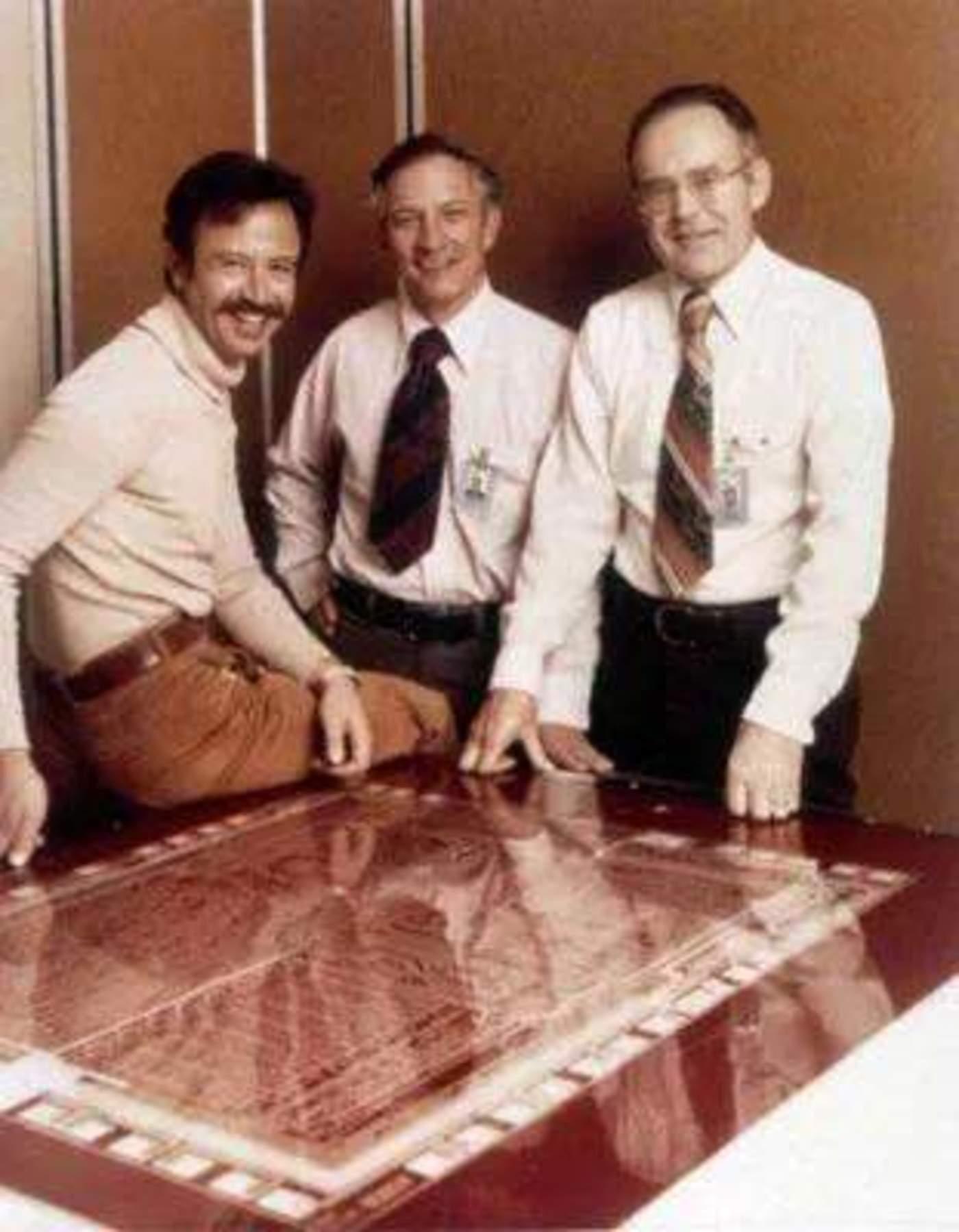 安迪·格罗夫<左>、罗伯特·诺伊斯<中>和戈登·摩尔<右>