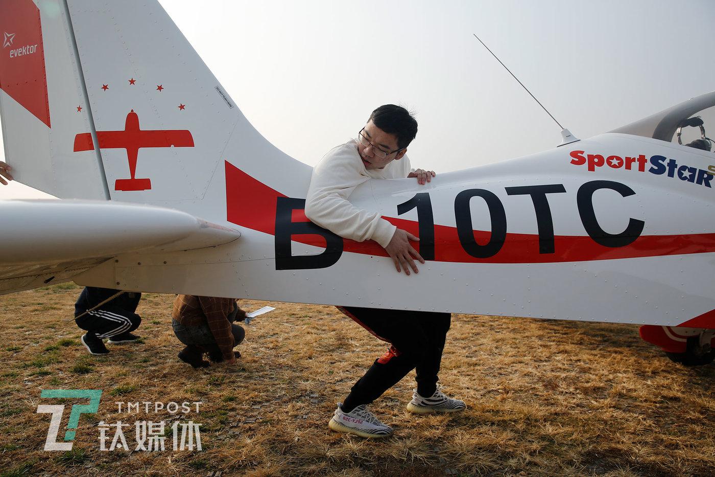 2020年11月15日,飞行学员洪伟成和其他学员们一起检查飞机。