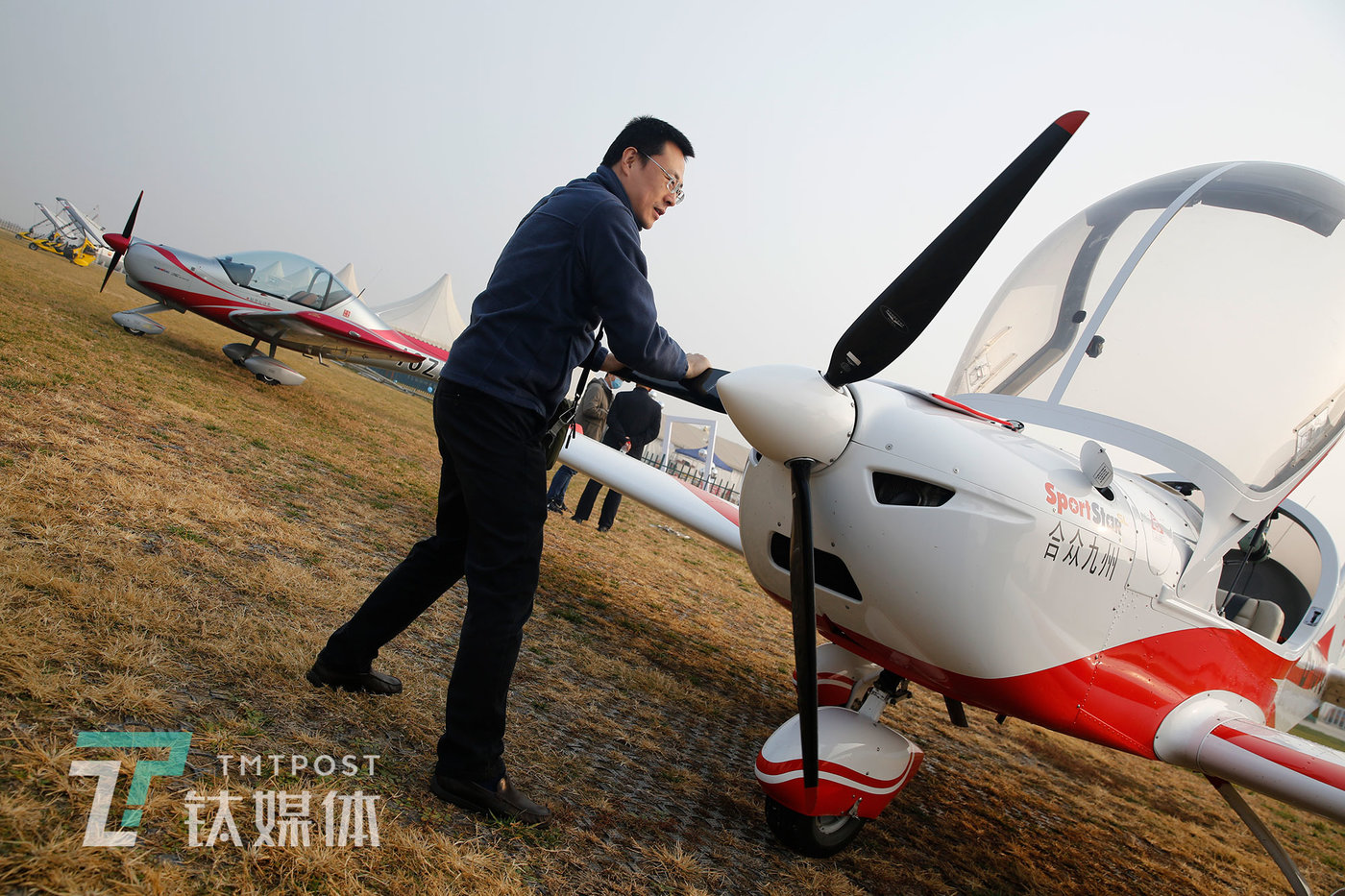 2020年11月15日,学员贺新飞行练习前对飞机进行检查。