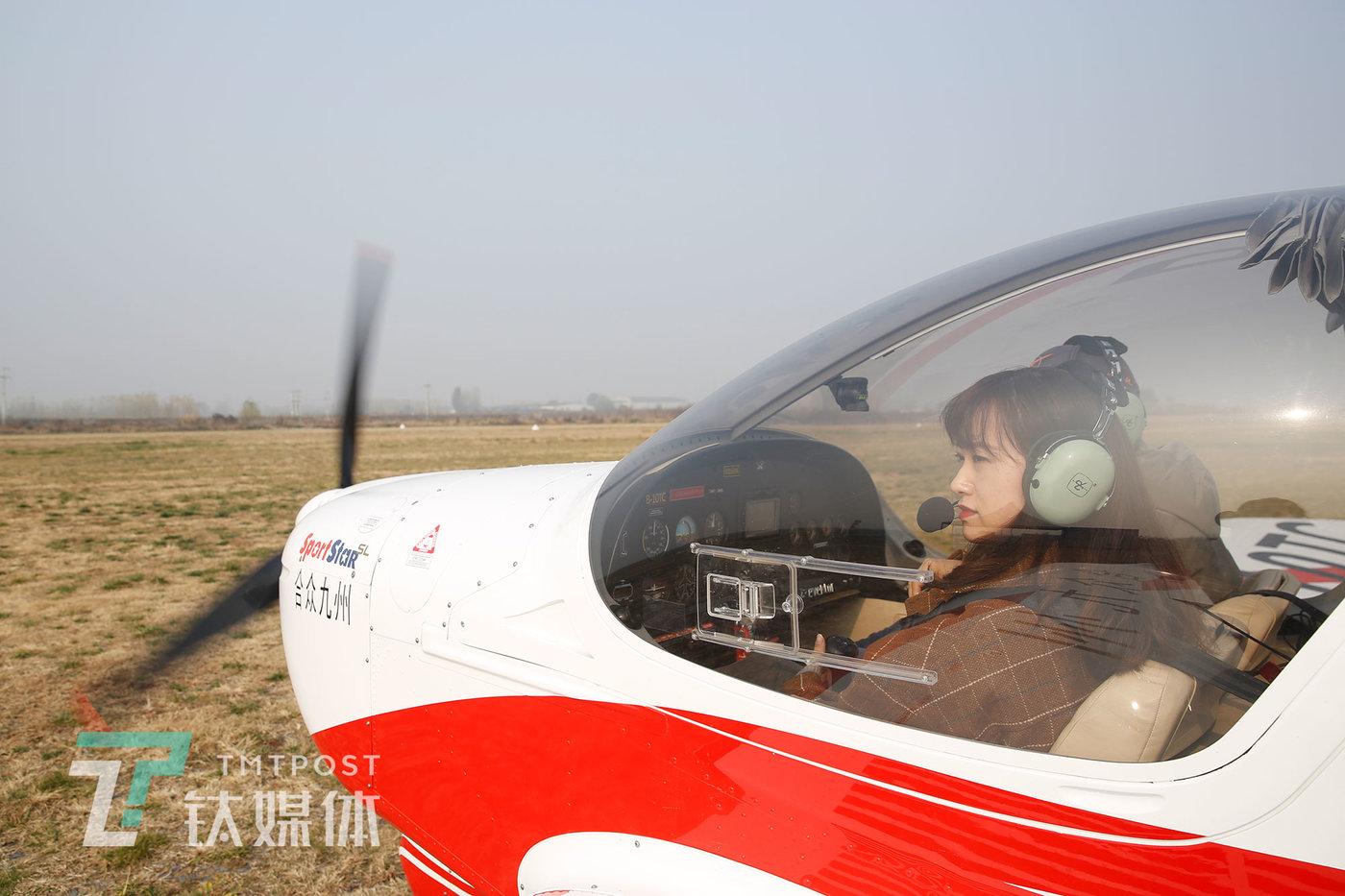 """2020年11月15日,中国航协衡水航空飞行营地,飞行学员武凡辰在准备练习飞行。这是一架""""运动之星""""运动飞机:它长5.98米、高2.47米、空机重307公斤、最大起飞重量575公斤、最高时速270公里,售价大约一百多万人民币。"""