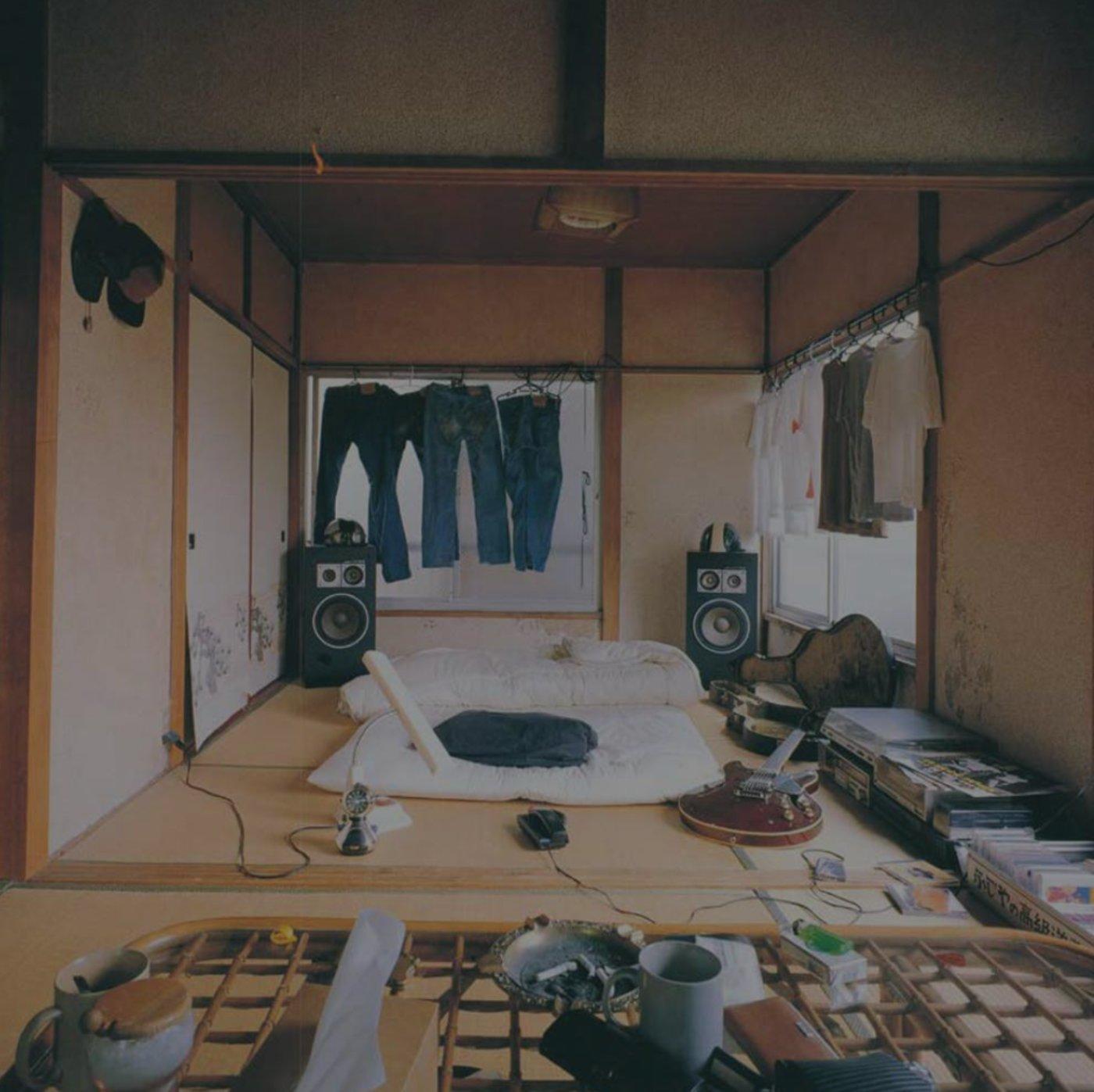 """(来源:《东京风格》,一位""""东京飘""""打工者租的房子,他立志成为音乐家,但目前尚不出名,因此除雨天以外,他都会在建筑工地干活维持生计。)"""