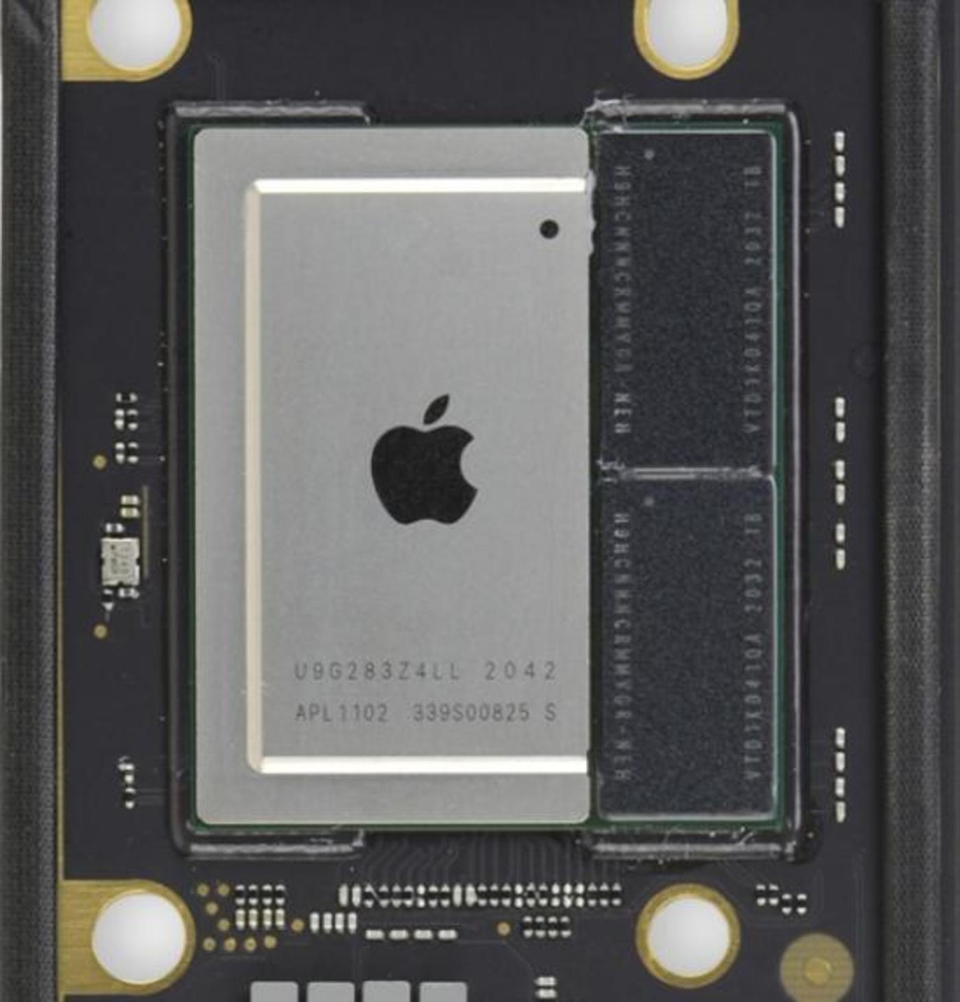 M1芯片拆解图,左侧为各部分集成,右侧为2x 4 GB的内存