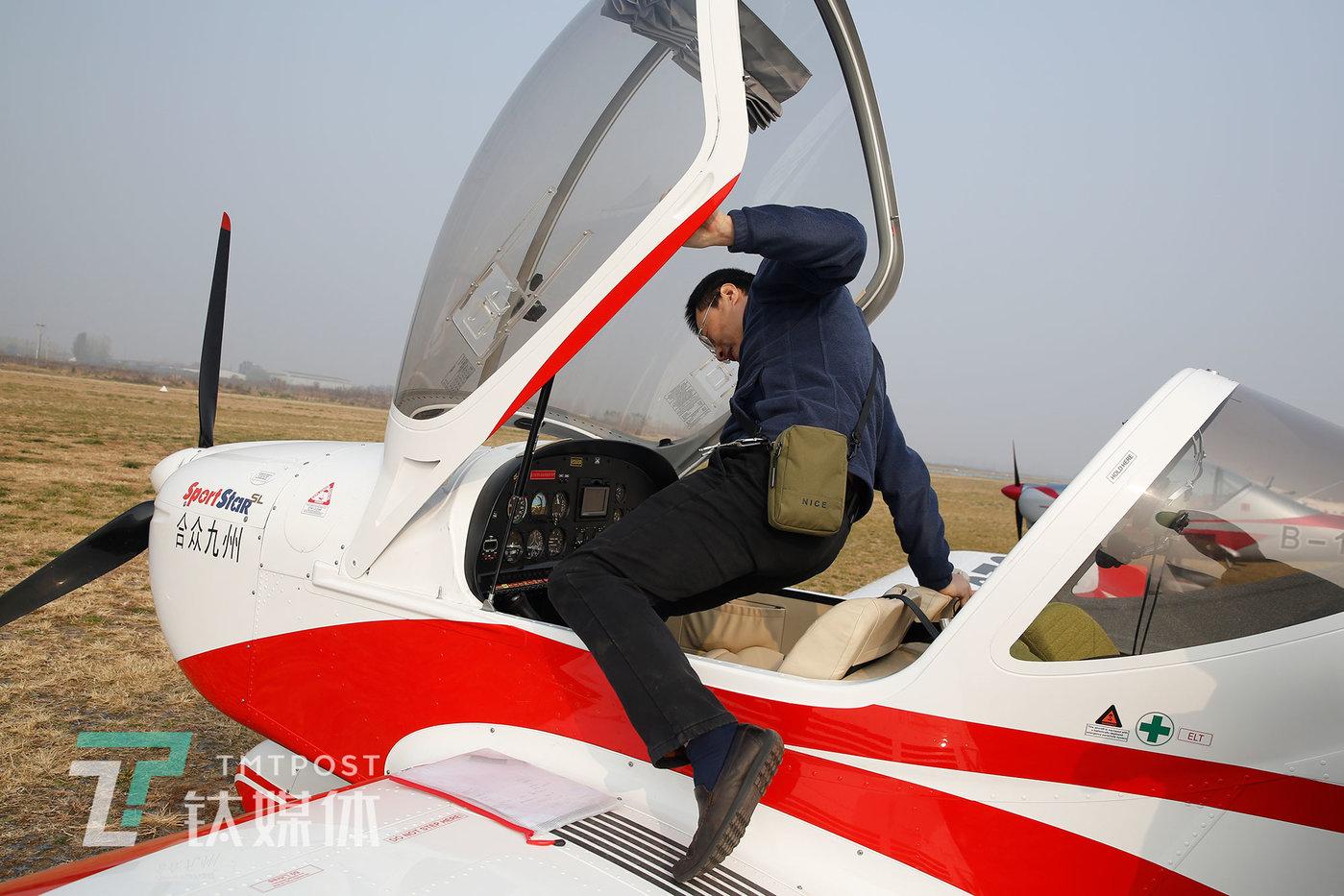 2020年11月15日,贺新上飞机开始飞行训练。
