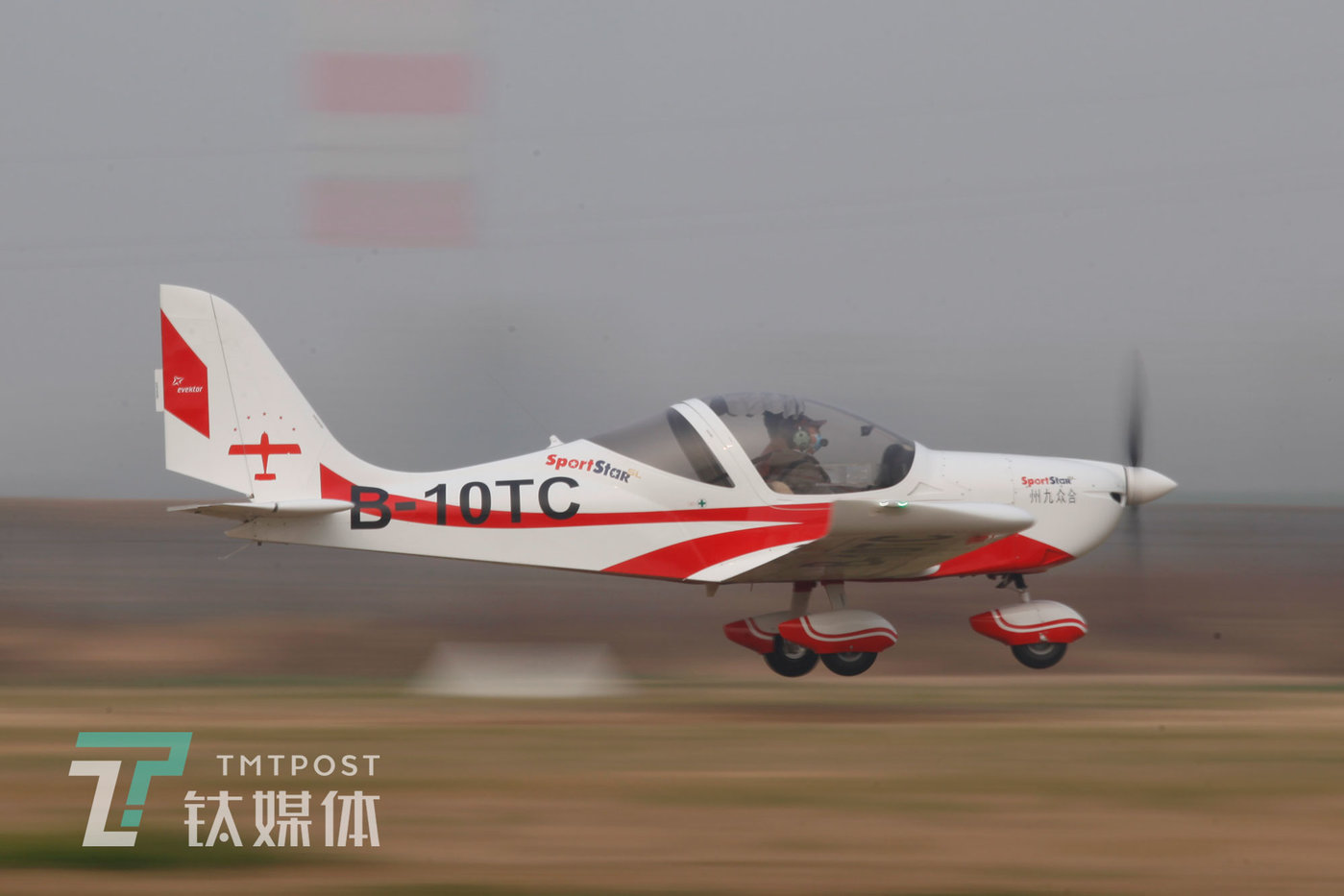 2020年11月16日,河北衡水中国航协衡水航空飞行营地,一架运动飞机正在起飞。