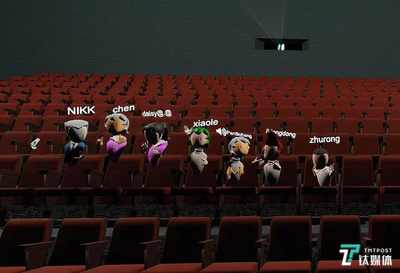 虚拟影院中排排坐的观影者