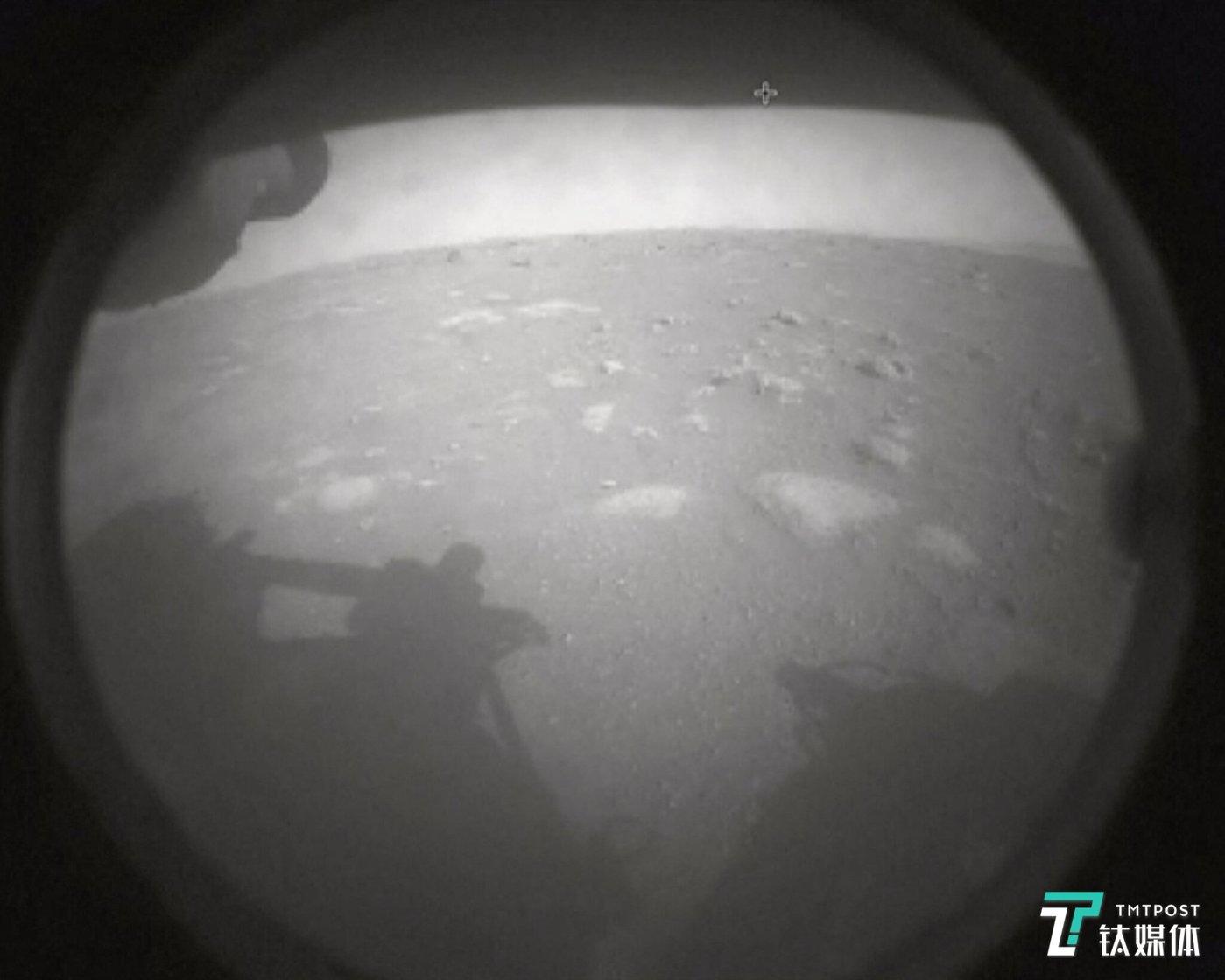 """""""毅力号""""成功登陆火星后传回的首张表面图(来源:NASA)"""