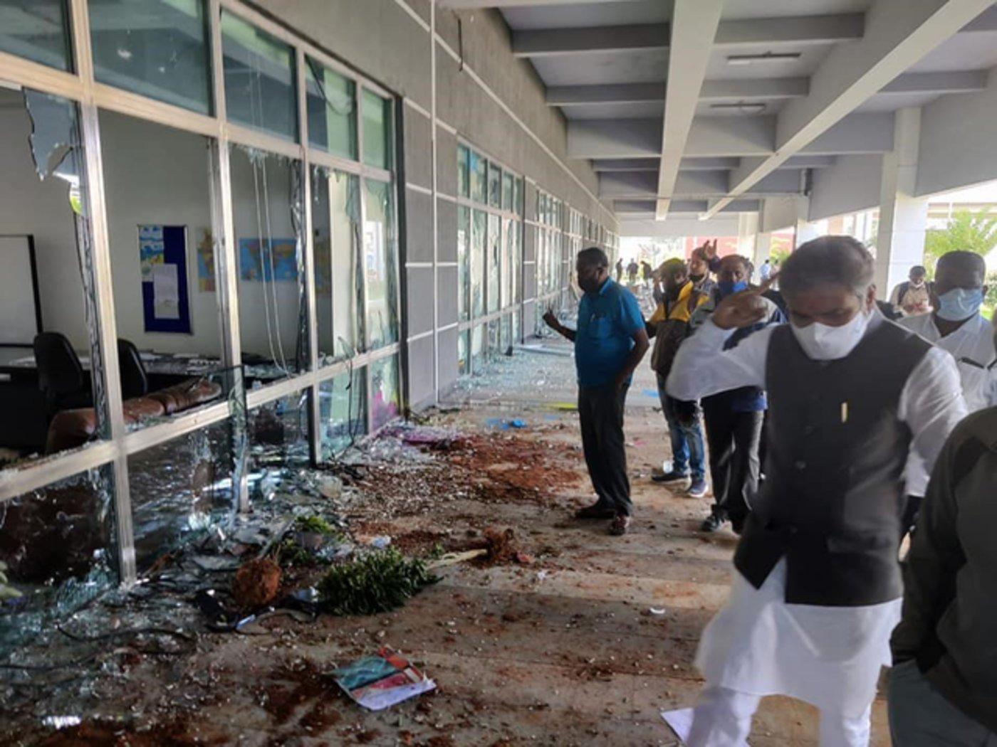 图为抗议事发后,印度议员、警方等相关人士到场视察损害情况