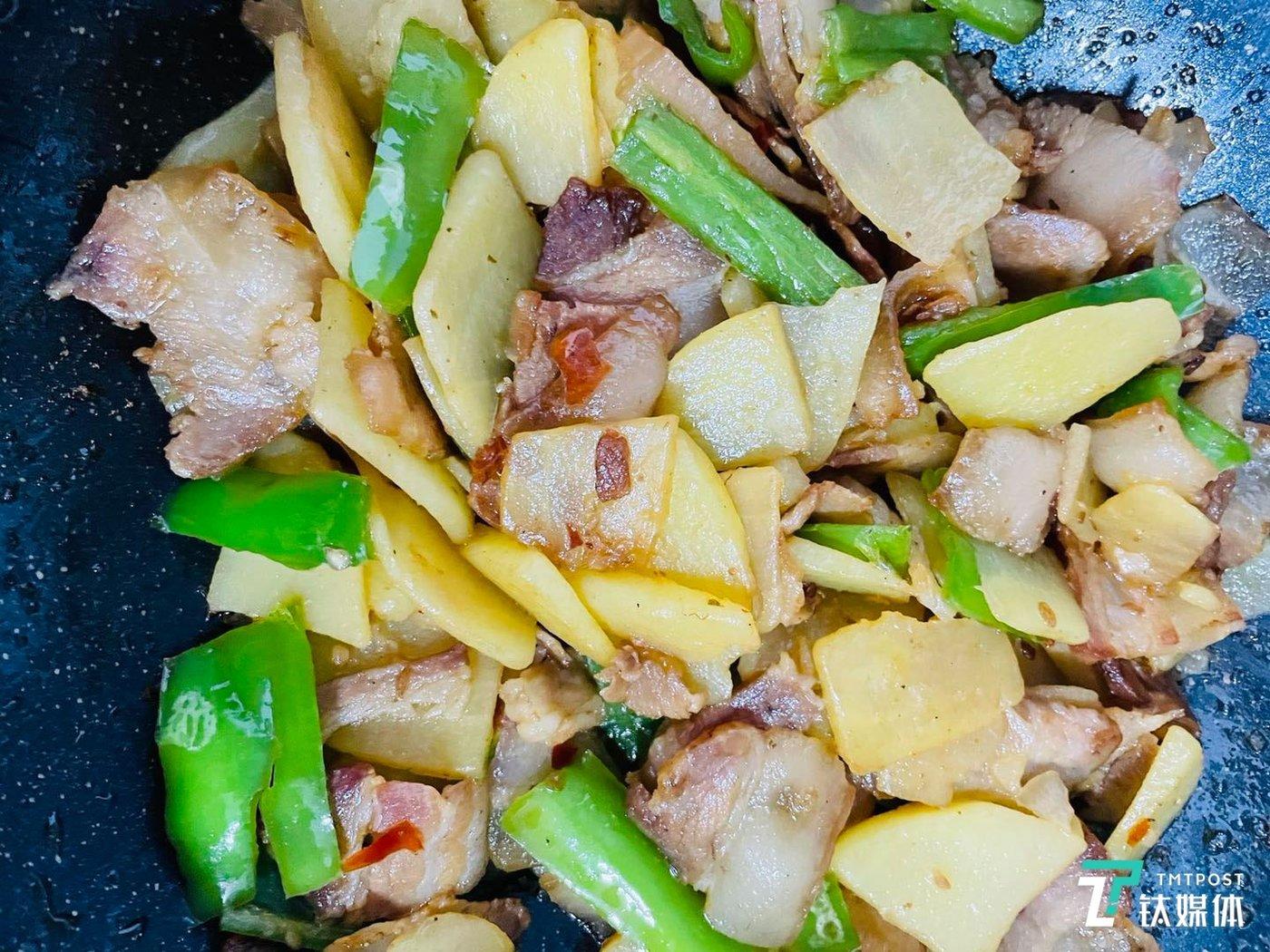 吴烦恼做的熏腊肉炒土豆片。(图/采访者供图)