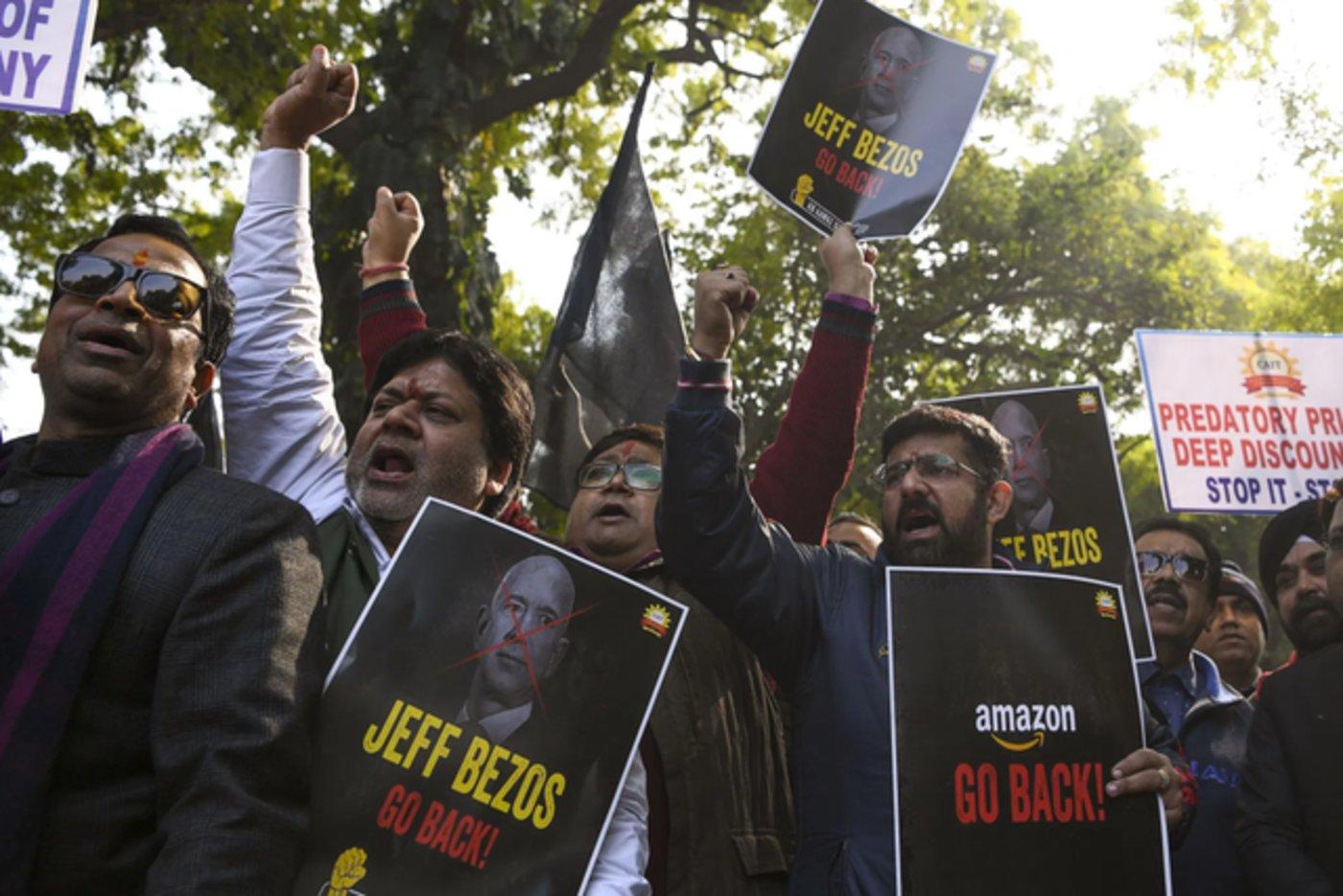 图为印度民众抵制贝索斯及亚马逊