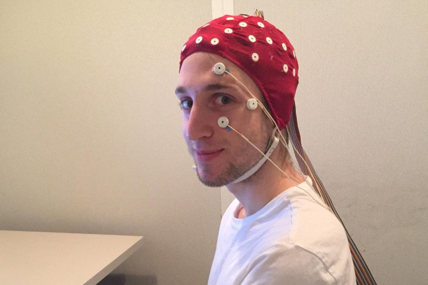 图 不同的电极会检测到眼睛的运动和脑电波情况。(来源:C. Mazurek)
