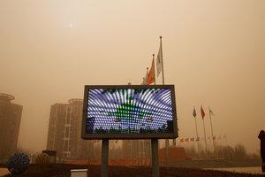 近10年最强沙尘暴袭击北京,有人在漫天黄沙中拍婚纱照