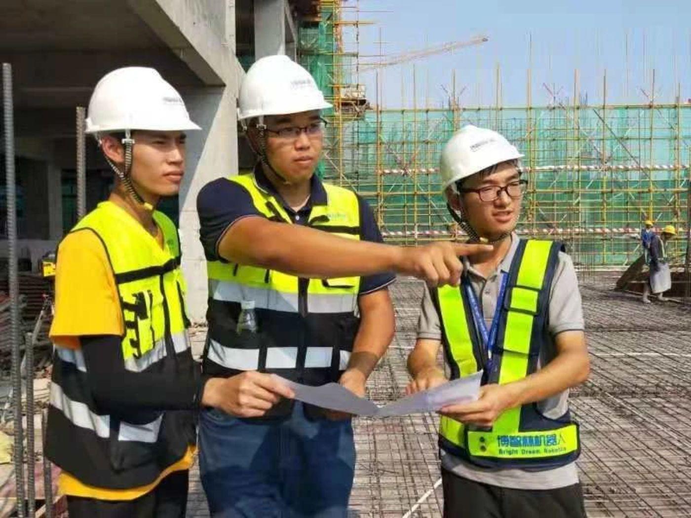 曲强在建筑工地