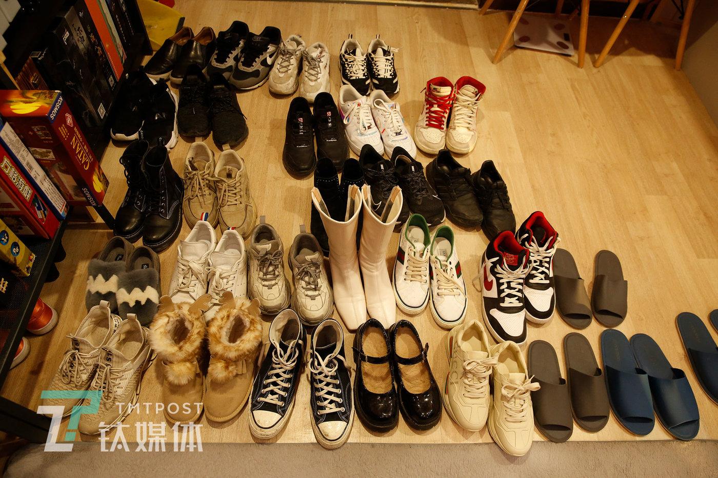 1月30日星期六16:31,客人的鞋摆在门口。店长表示,周末店里生意很好,有时客人多到需要排队等待。