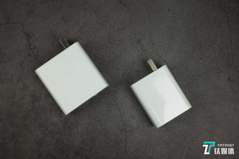 左为120W充电器;右为66W充电器